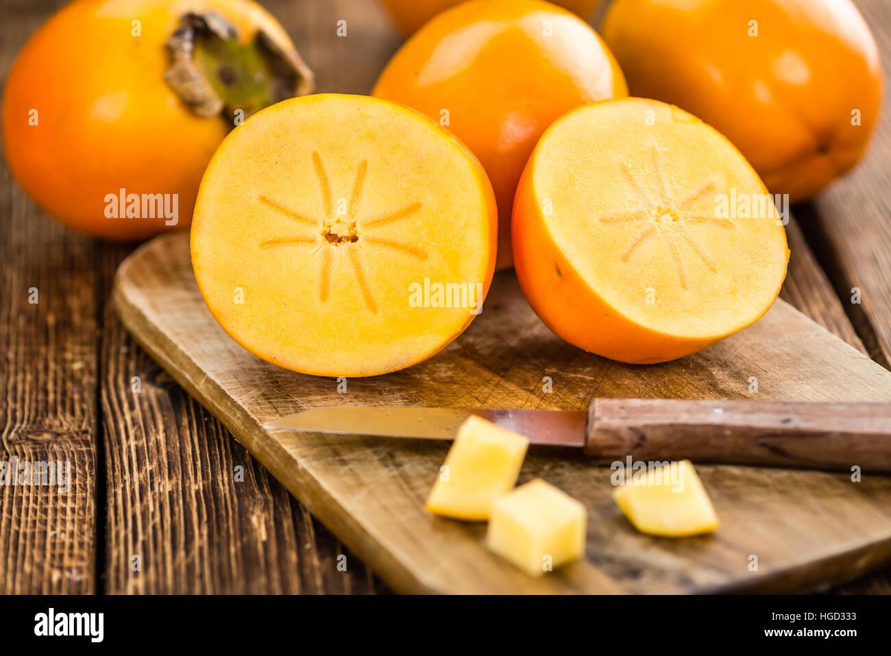 Kaki frutas sobre fondo de madera rústica (primer plano) Imagen De Stock
