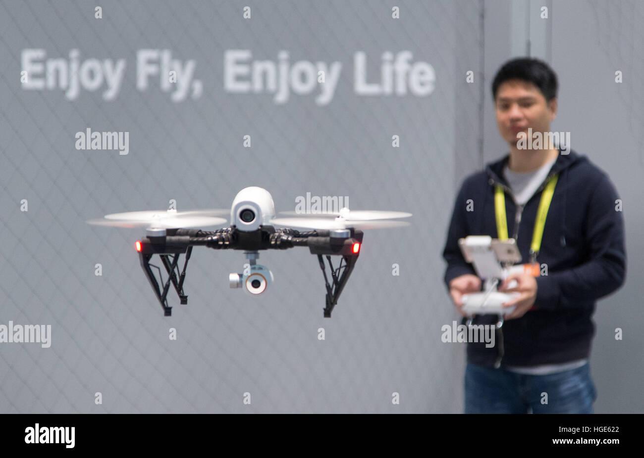 Las Vegas, Estados Unidos. 06Th ene, 2017. Un drone controlado por control remoto, está siendo operada en la feria Foto de stock