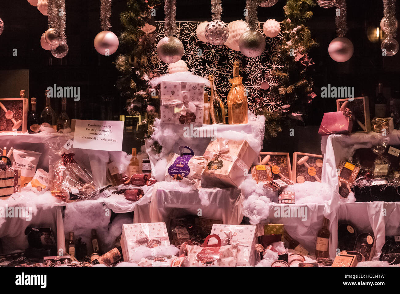 Festive Christmas Window Display Imágenes De Stock & Festive ...