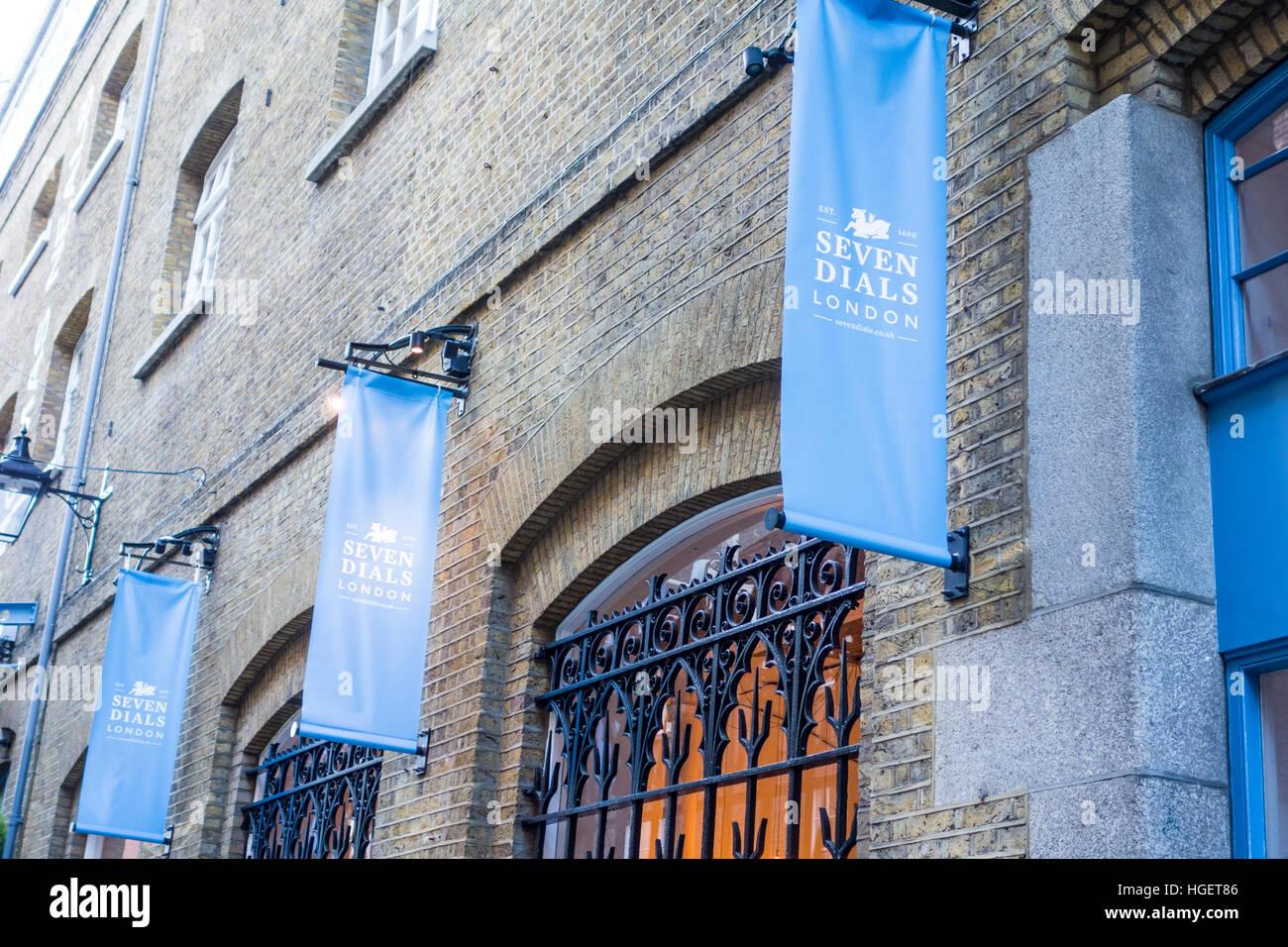 Firmar o banner en la zona de Seven Dials de Londres cerca de Covent Garden. UK Imagen De Stock