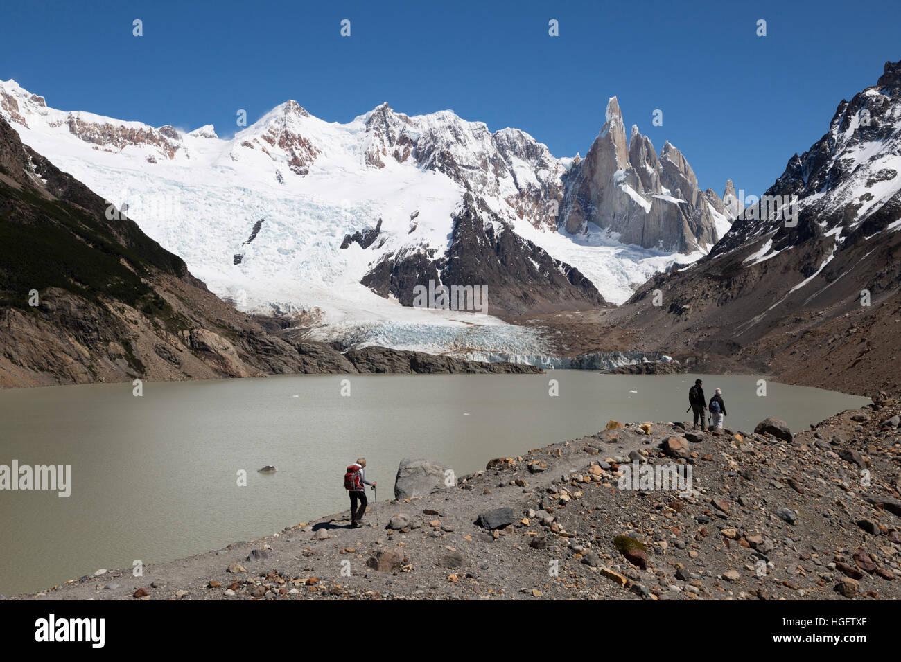 Excursionistas caminando por la Laguna Torre con vistas del Cerro Torre, El Chalten, Patagonia Argentina, Sudamérica Foto de stock