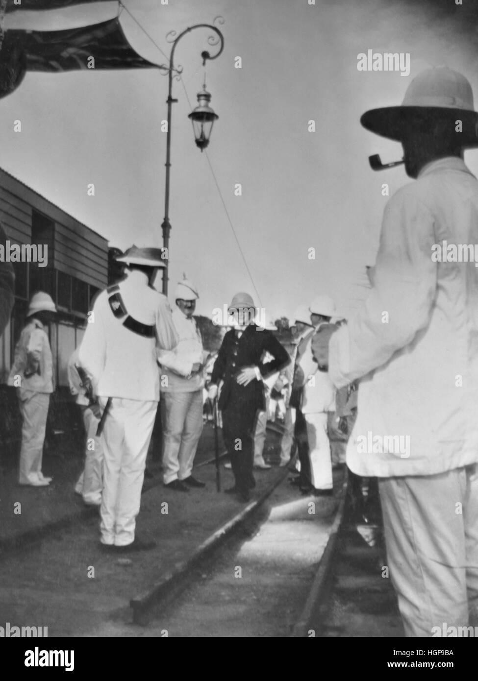 1907.Winston Churchill al llegar a la estación de Mombasa en Kenya, recibidos por funcionarios de la colonia. Imagen De Stock