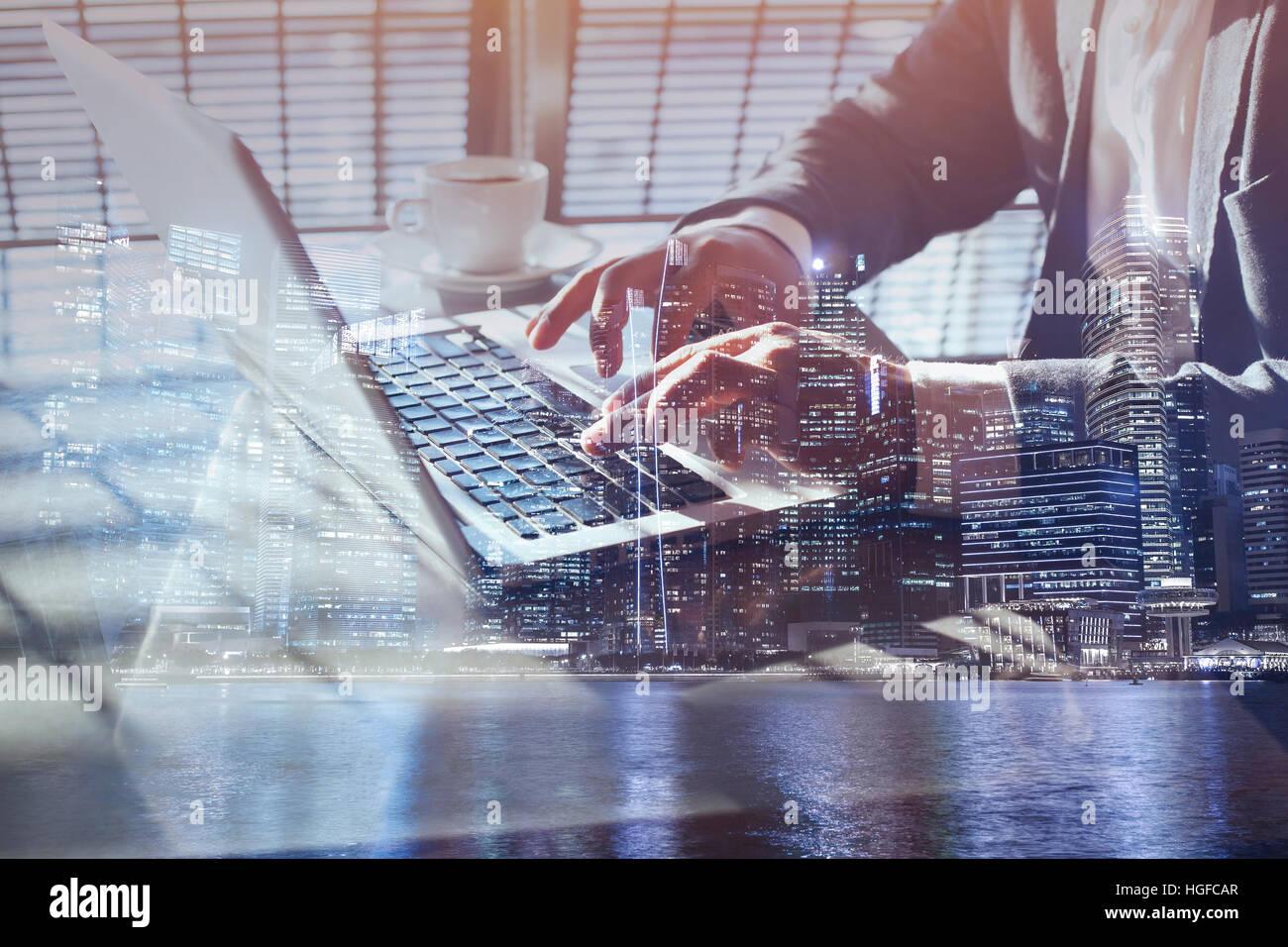 Doble exposición de hombre de negocios en línea de trabajo en un ordenador portátil, cerca de manos, Imagen De Stock