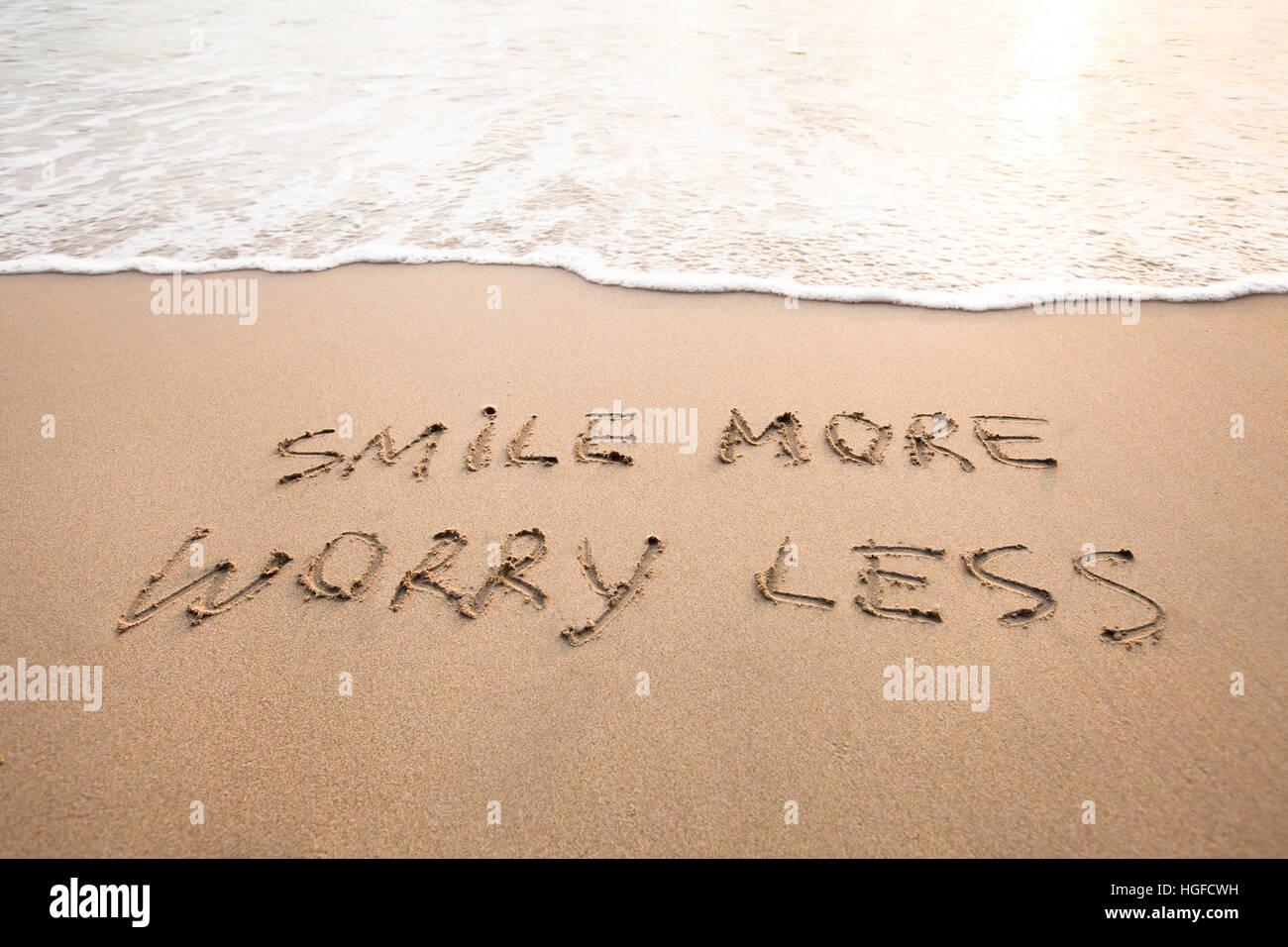 La sonrisa más preocupan menos - Concepto de pensamiento positivo, optimismo Foto de stock