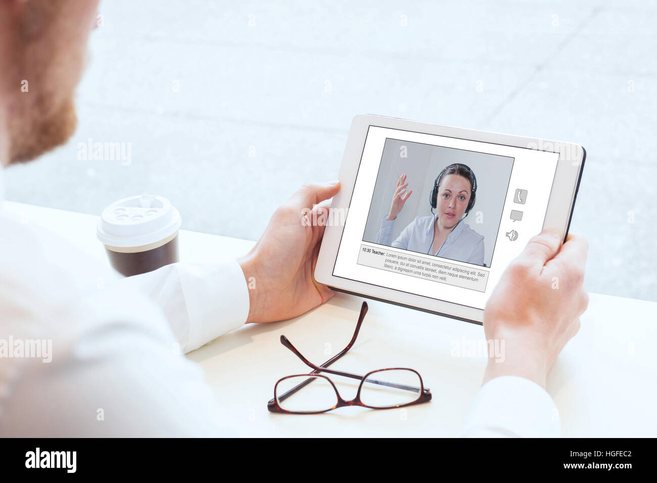 E-learning, video conferencia, coaching online, hombre mirando la pantalla de tablet Foto de stock