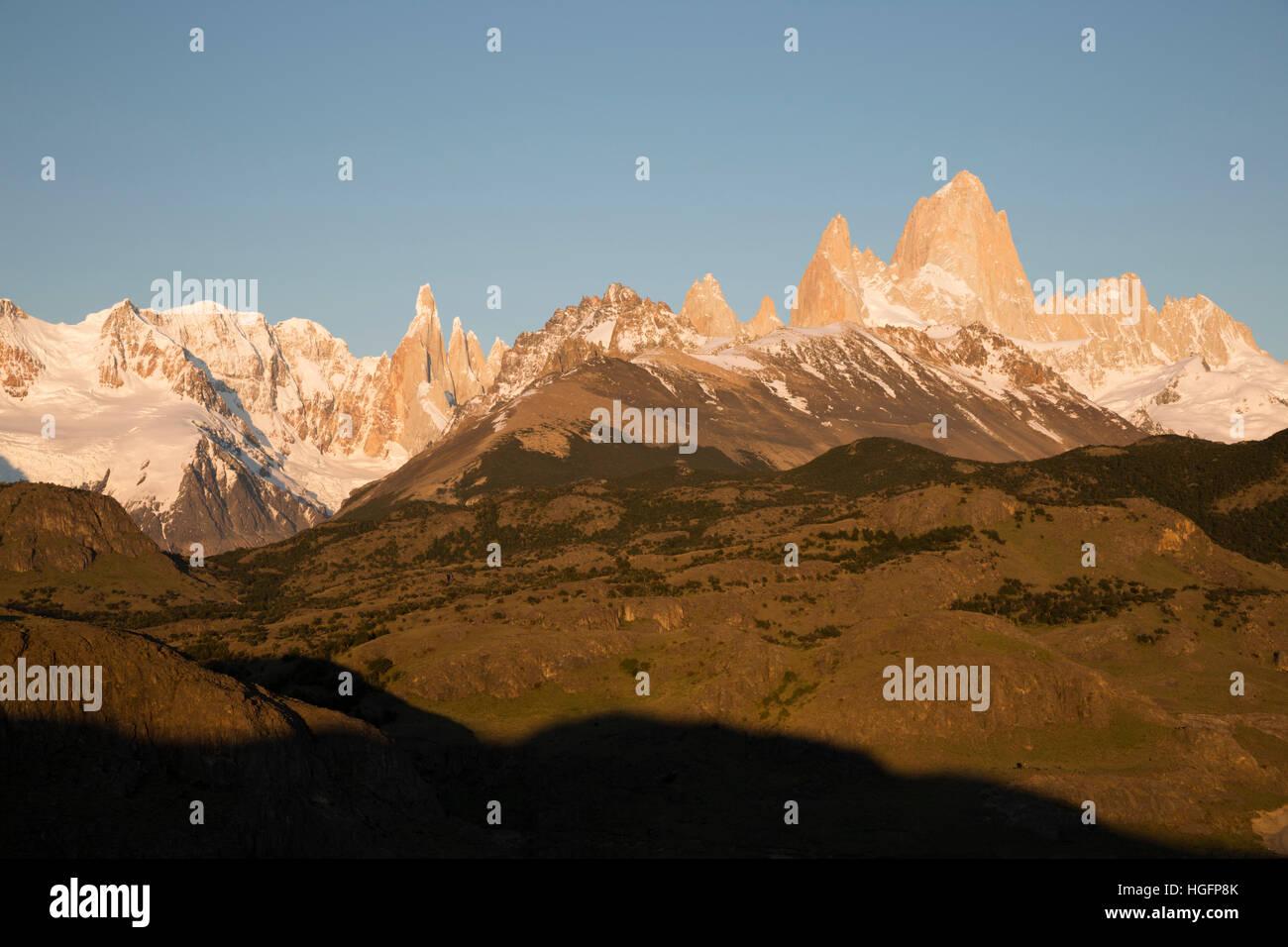 Vista del Monte Fitz Roy y el Cerro Torre al amanecer desde el Mirador de los cóndores, El Chalten, Patagonia Imagen De Stock