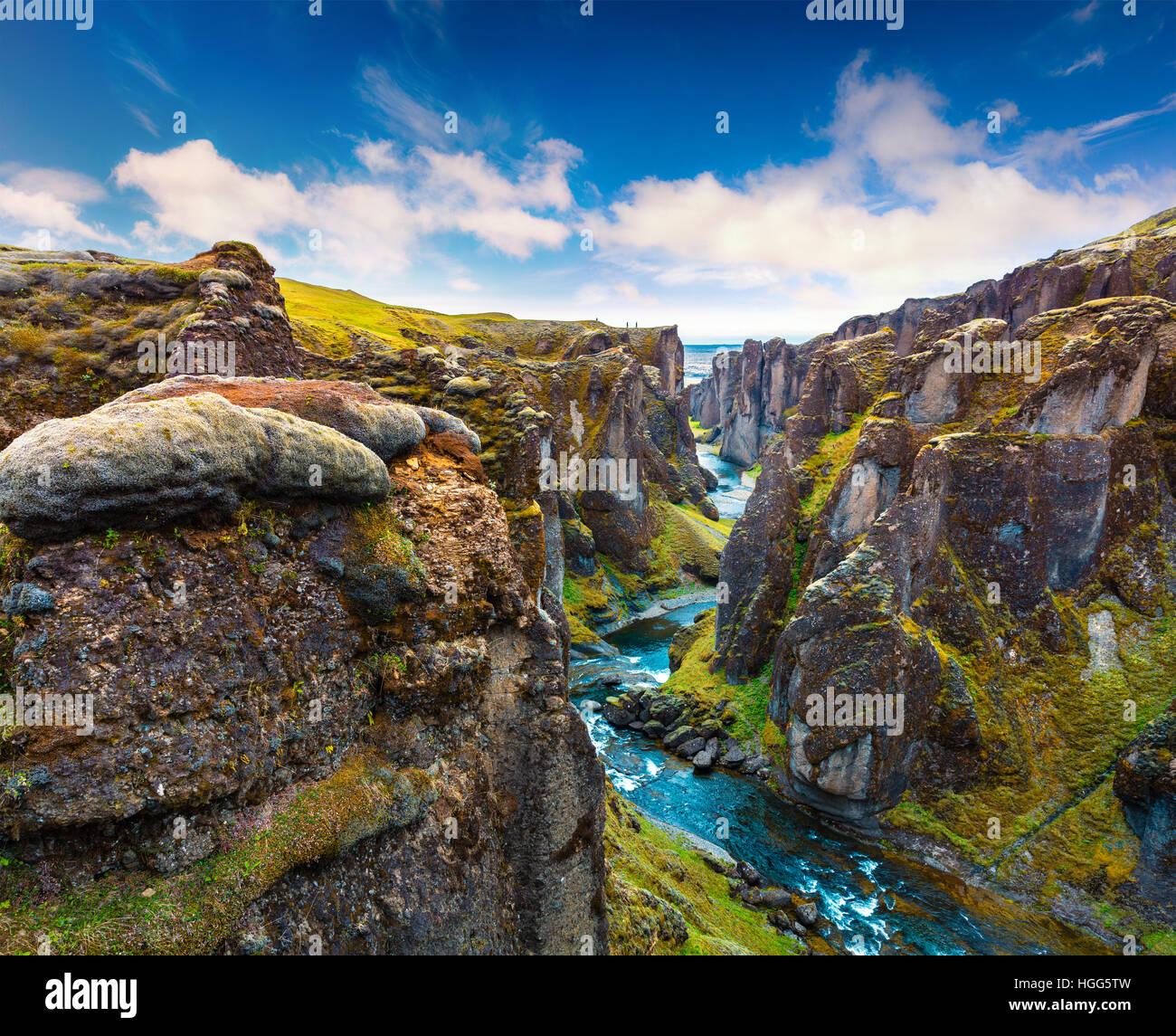 Majestuosa vista del cañón Fjadrargljufur y río. Al sureste de Islandia, Europa. Estilo artístico Imagen De Stock