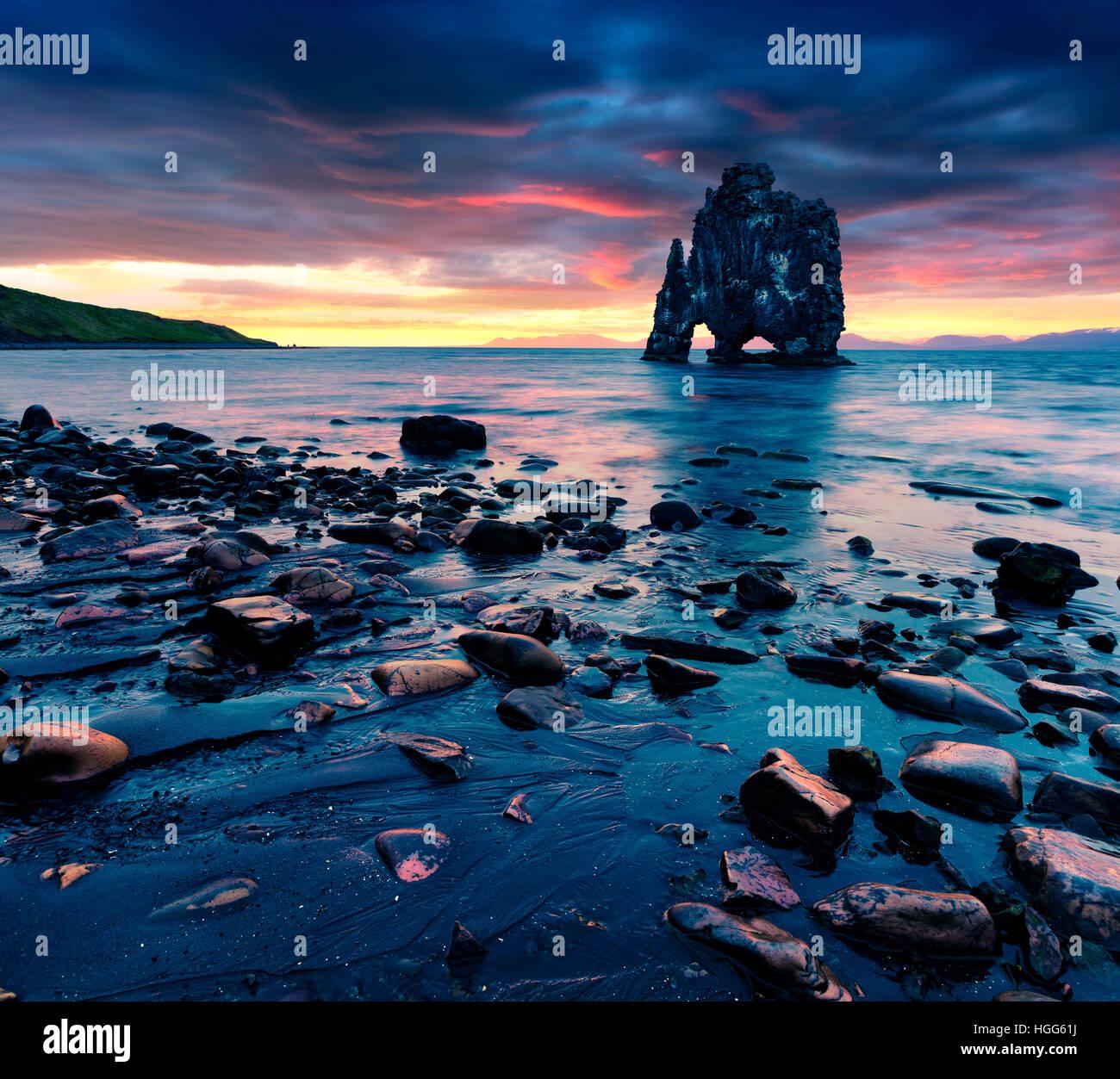 Enorme pila de basalto Hvitserkur, sobre la costa oriental de la península Vatnsnes. Colorido amanecer de verano en el noroeste de Islandia Foto de stock