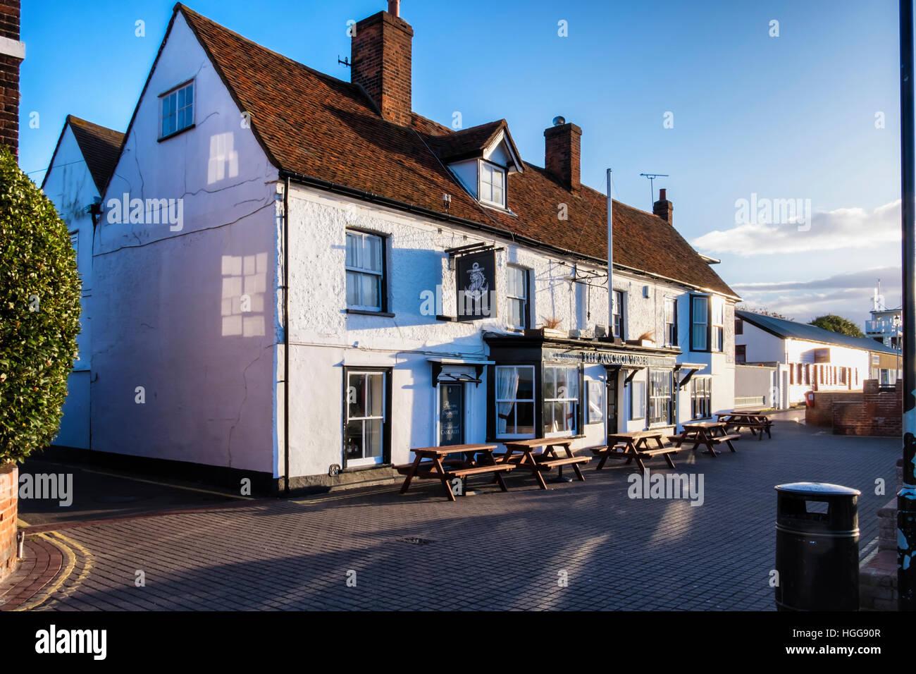 El Ancla, tradicional pub inglés y el hotel Riverside Hotel en el río Crouch, Burnham-on-Crouch, Essex, Imagen De Stock
