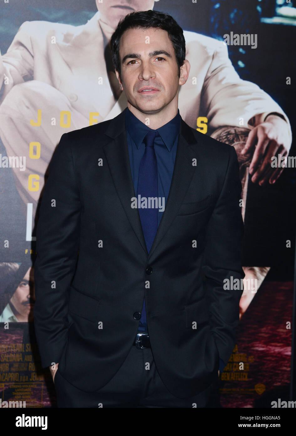 Los Angeles, Estados Unidos. 09ene, 2017. Chris Messina llegando al vivir en la noche de estreno en el Teatro Chino Foto de stock