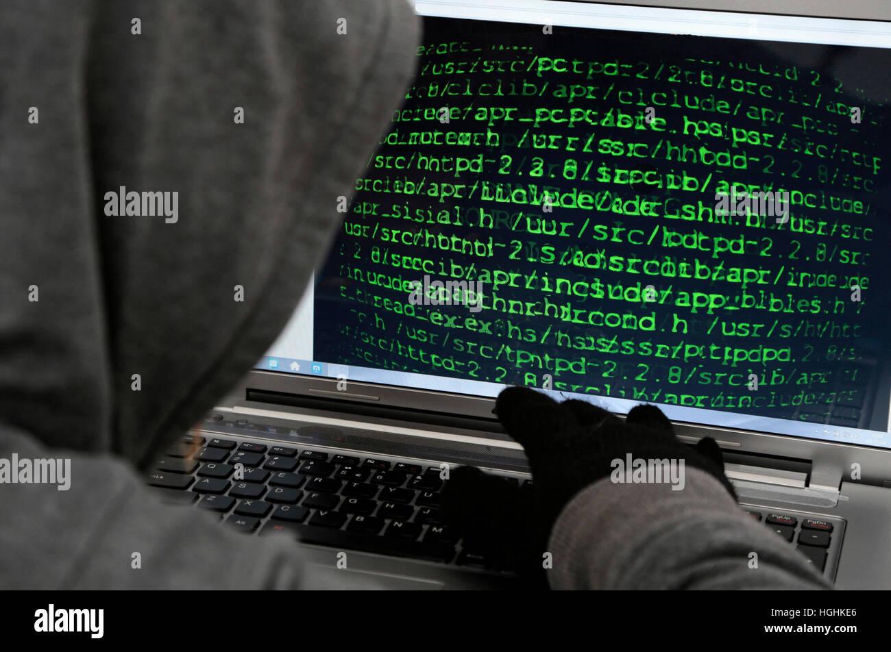 Hacker irreconocible en la parte delantera del ordenador - Concepto de ciberdelincuencia Imagen De Stock