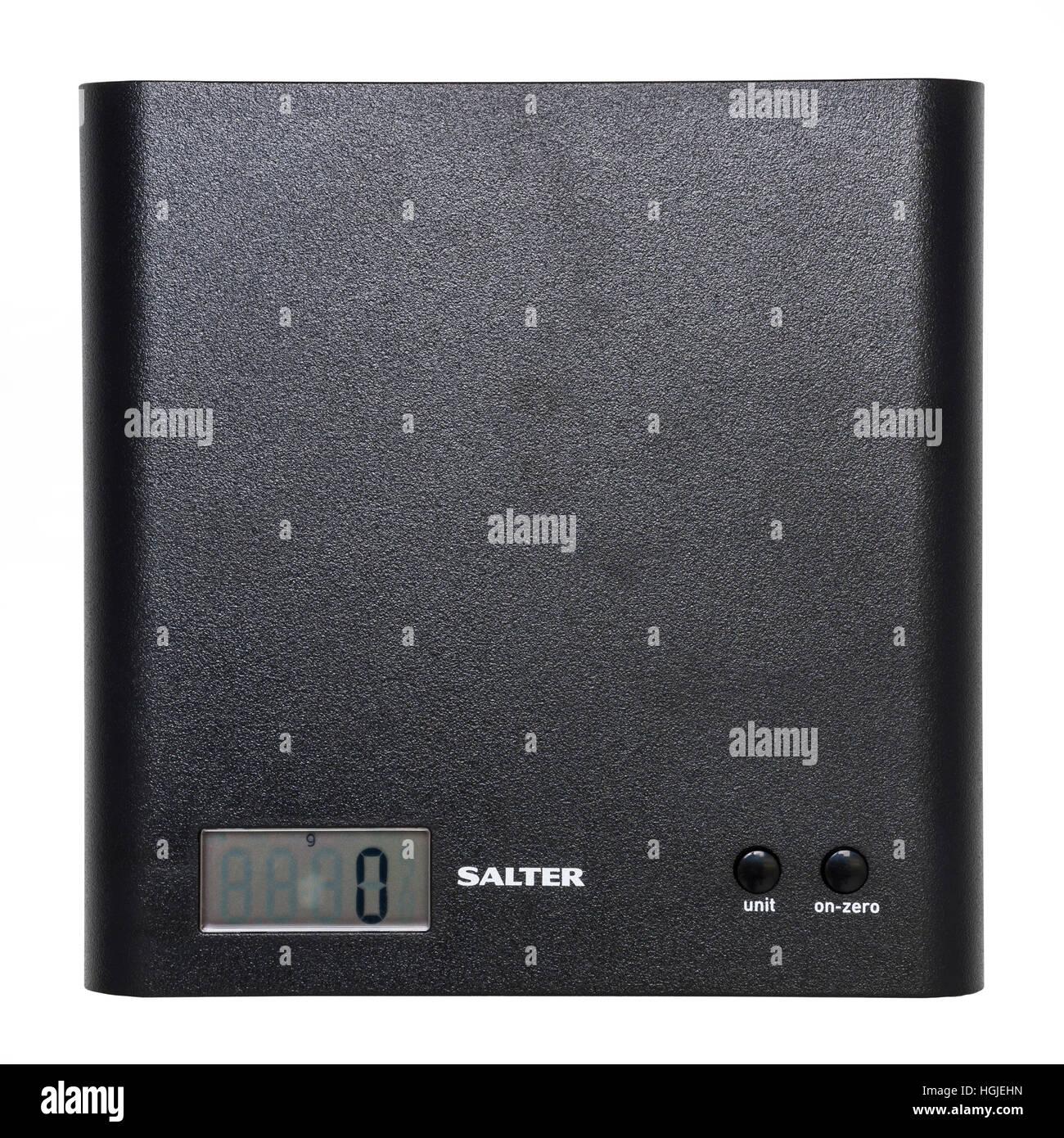 Un conjunto de Salter báscula de cocina digital sobre un fondo blanco. Imagen De Stock