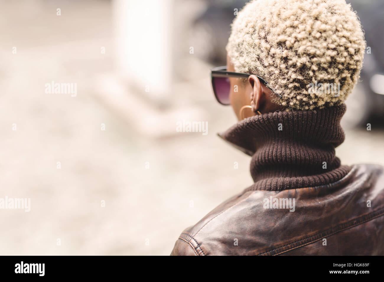 Mujer negra con el cabello afro rubio corto con gafas Imagen De Stock