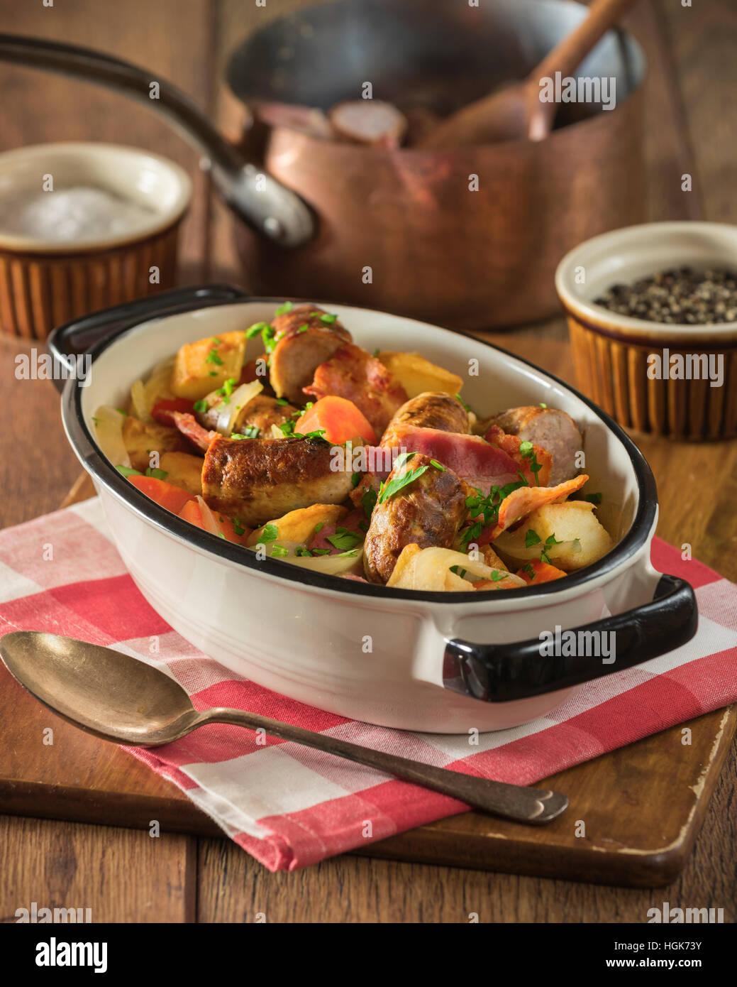 Dublín coddle. Patata tradicional irlandés, salchichas, tocino y estofado. Alimentos Irlanda Imagen De Stock