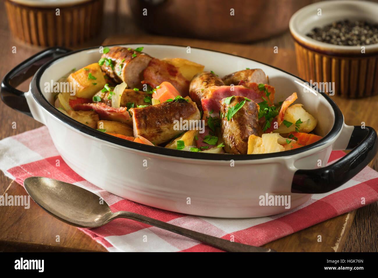 Dublín coddle. Patata tradicional irlandés, salchichas y bacon estofado. Alimentos Irlanda Imagen De Stock