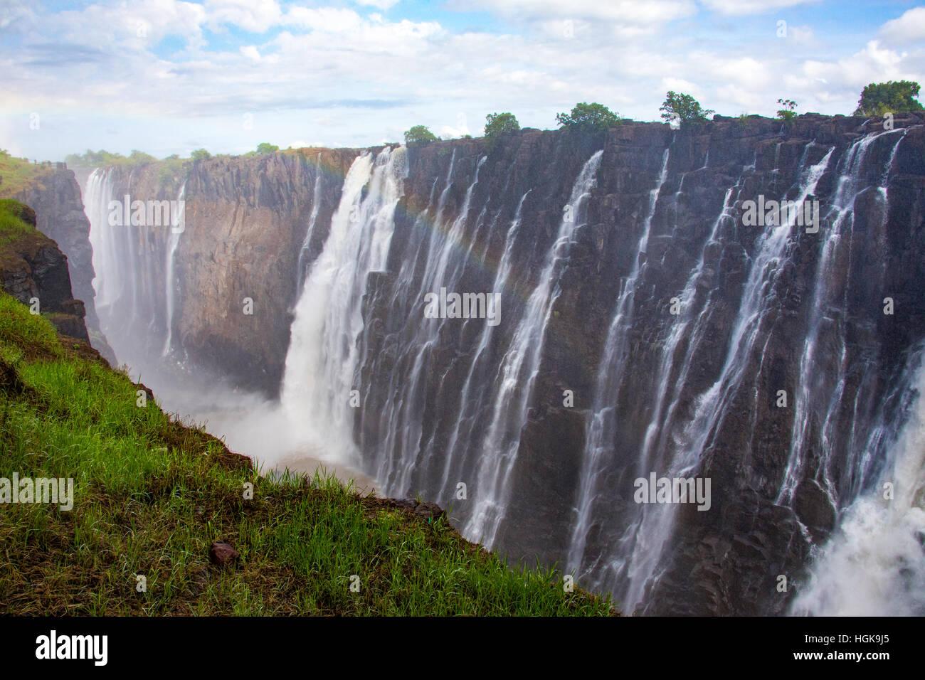 Las Cataratas Victoria, la frontera de Zambia y Zimbabwe. Imagen De Stock