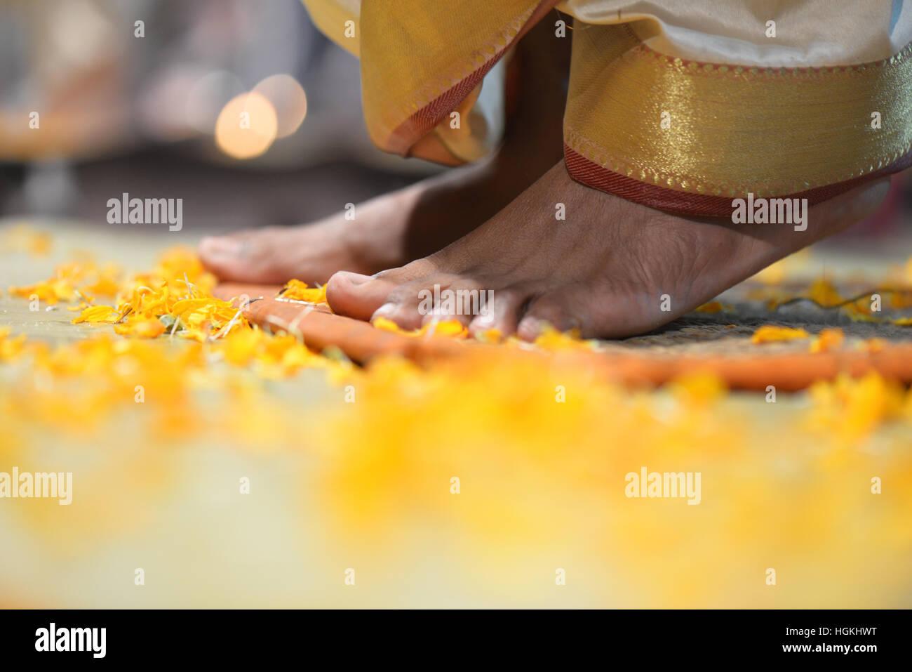 Pies de un ritualista en India Imagen De Stock
