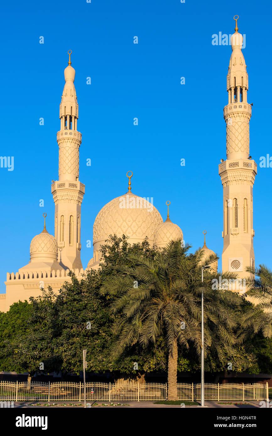 Mezquita Jumeirah, Dubai, Emiratos Árabes Unidos. Imagen De Stock