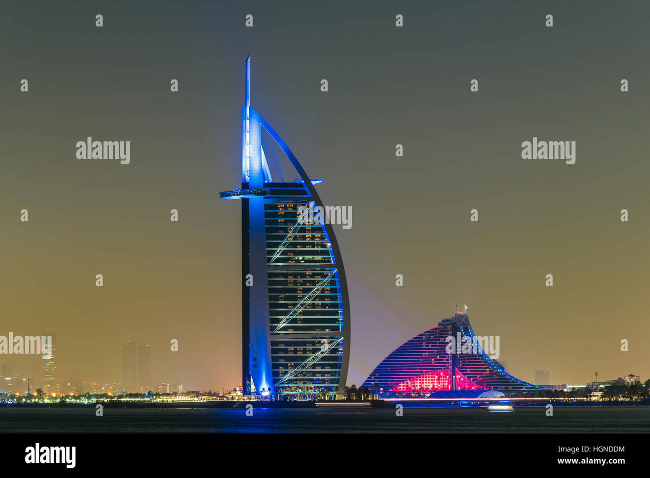 Vista de noche de Burj al Arab y Jumeirah Beach Hotel, Dubai, Emiratos Árabes Unidos. Imagen De Stock