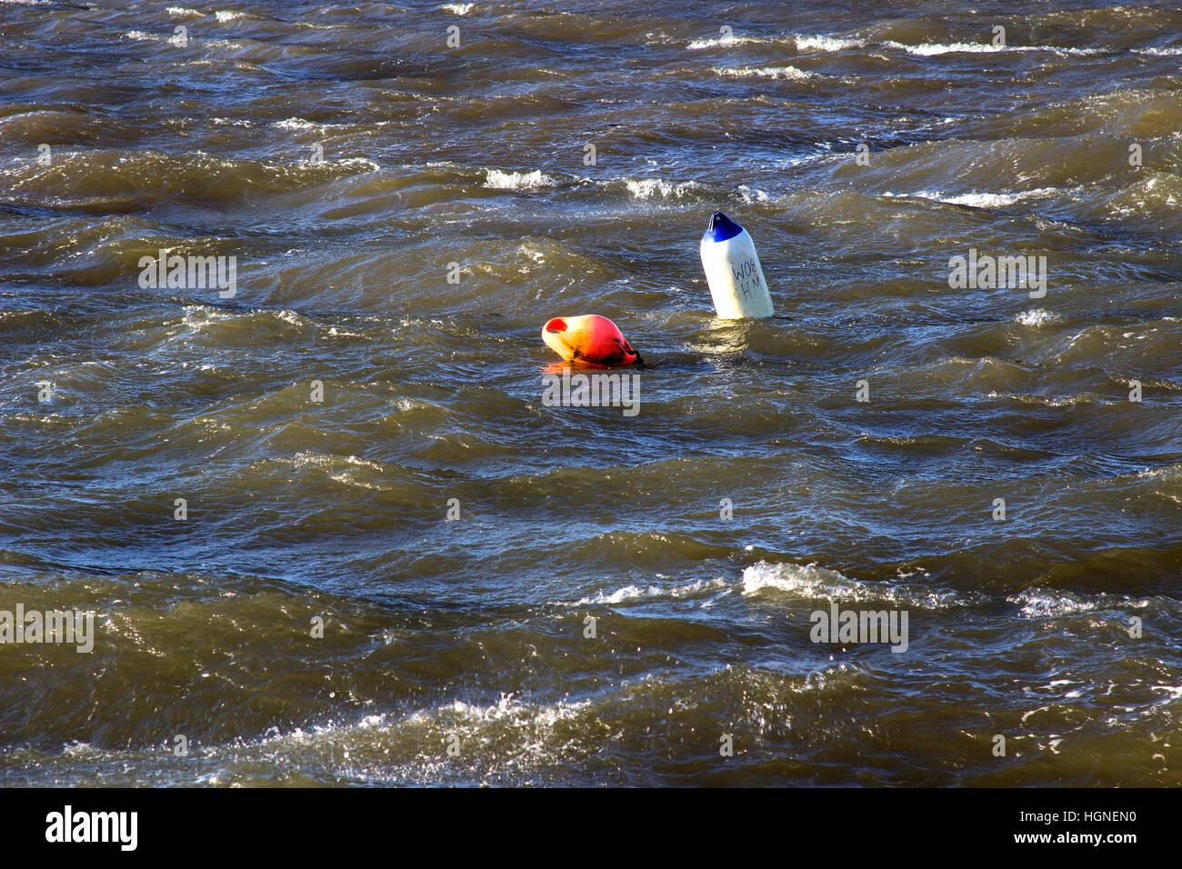 Y Marcador de boya de amarre vacío en mares agitados durante una tormenta en Puerto Groomsport en el Condado de Down en Irlanda del Norte Foto de stock