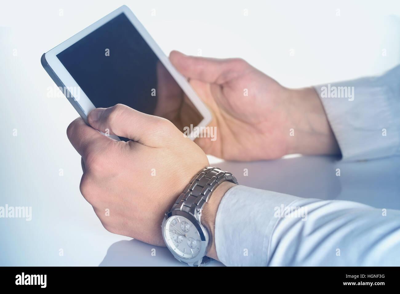 Tablet PC en male manos manchadas de color azul. El tamaño original de la tablet PC es cambiado. Imagen De Stock