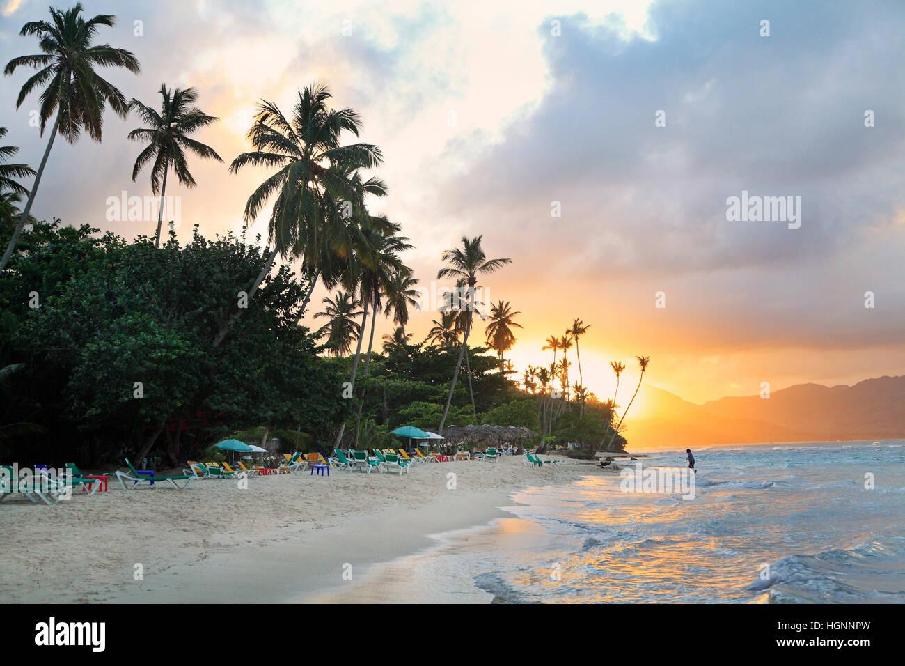 La Playta al atardecer, hermosa playa tropical cerca de Las Galeras village en área de Samaná, República Imagen De Stock