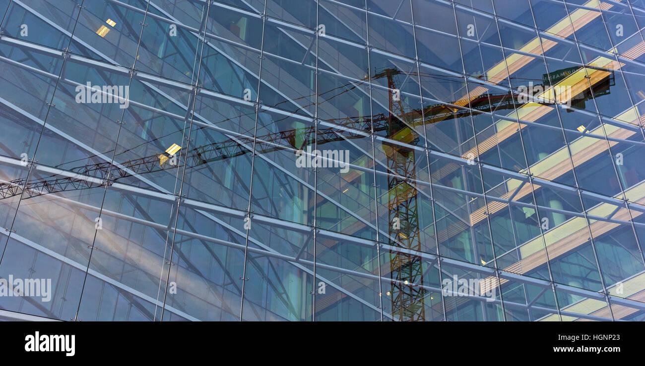 Ilusión Visual de constitución grúa atrapado dentro del edificio de cristal. Imagen De Stock