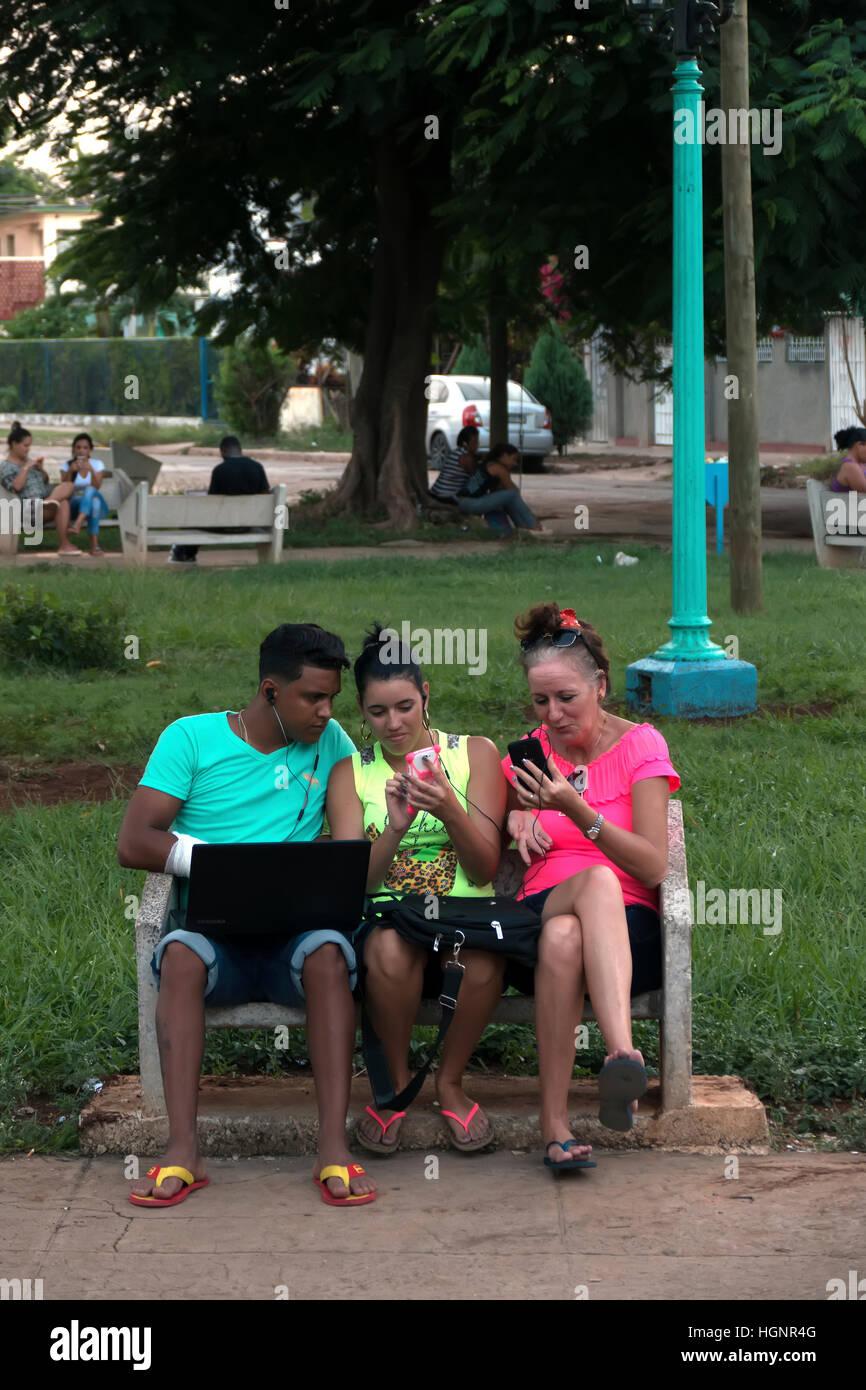 La Habana, Cuba. Pueblo Cubano mediante teléfono móvil, teléfono móvil, smartphone y ipad para Imagen De Stock