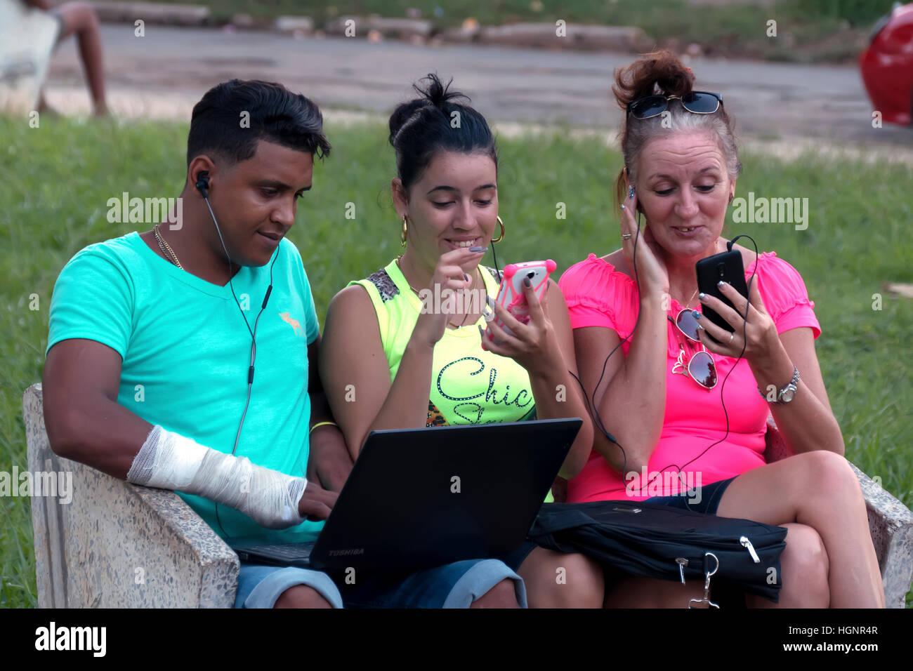 La Habana, Cuba. Pueblo Cubano mediante teléfono móvil, teléfono móvil, smartphone y ordenador Imagen De Stock