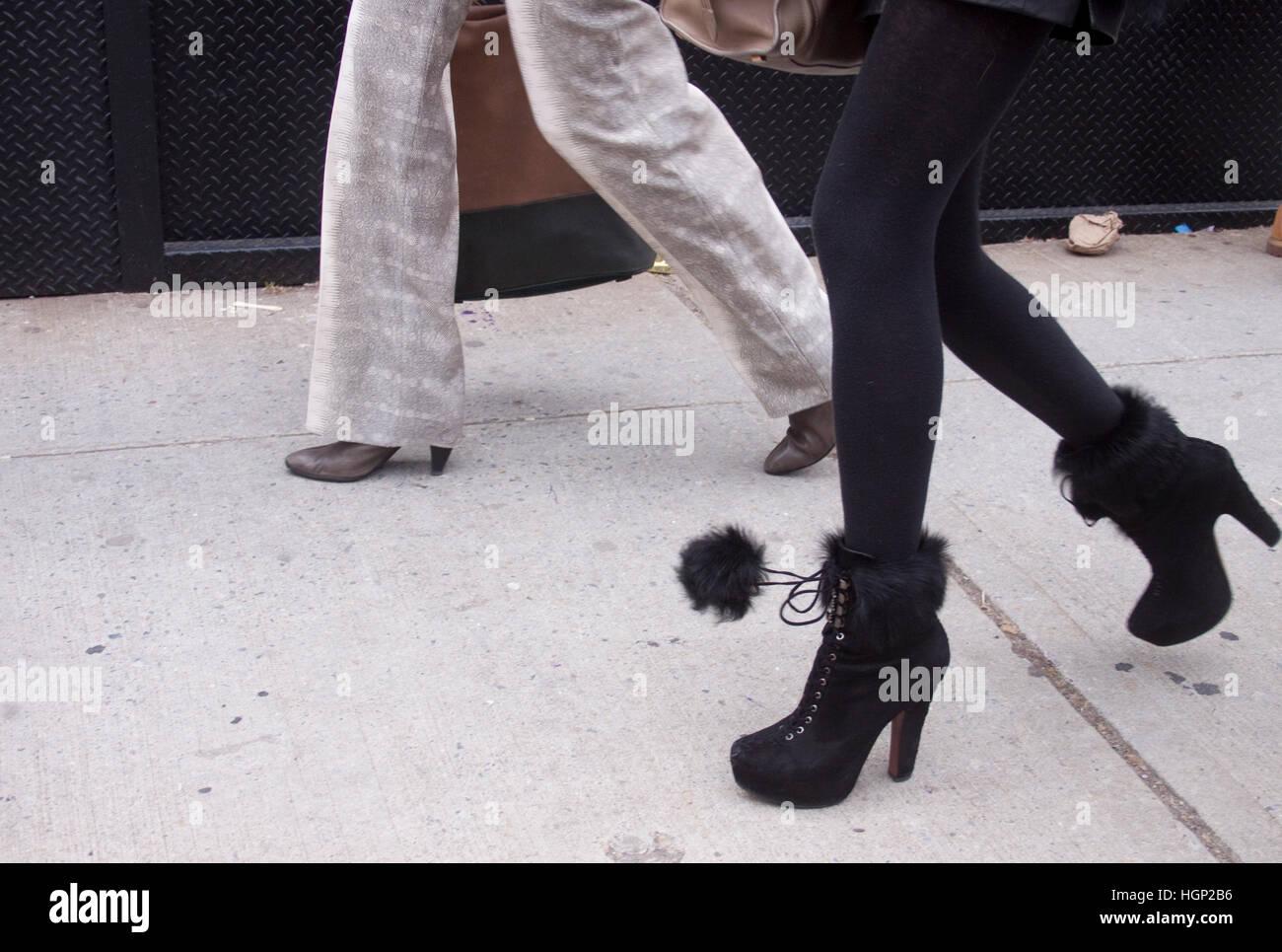 Detalle de los zapatos mujer caminando durante la Semana de la Moda de Nueva York Foto de stock