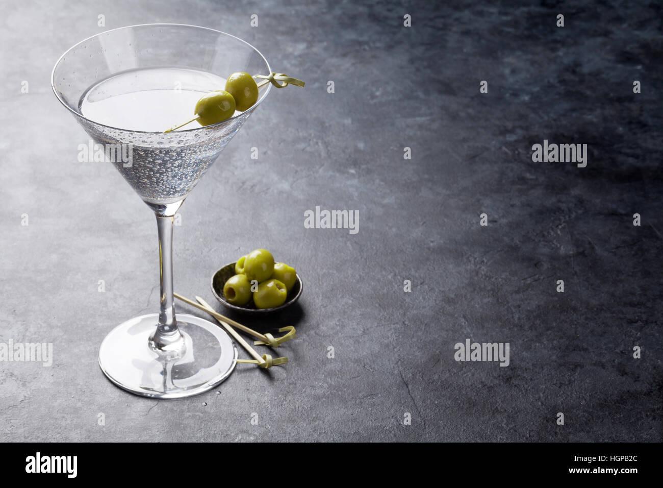 Coctel Martini en la tabla de piedra oscura. Con espacio para el texto Foto de stock