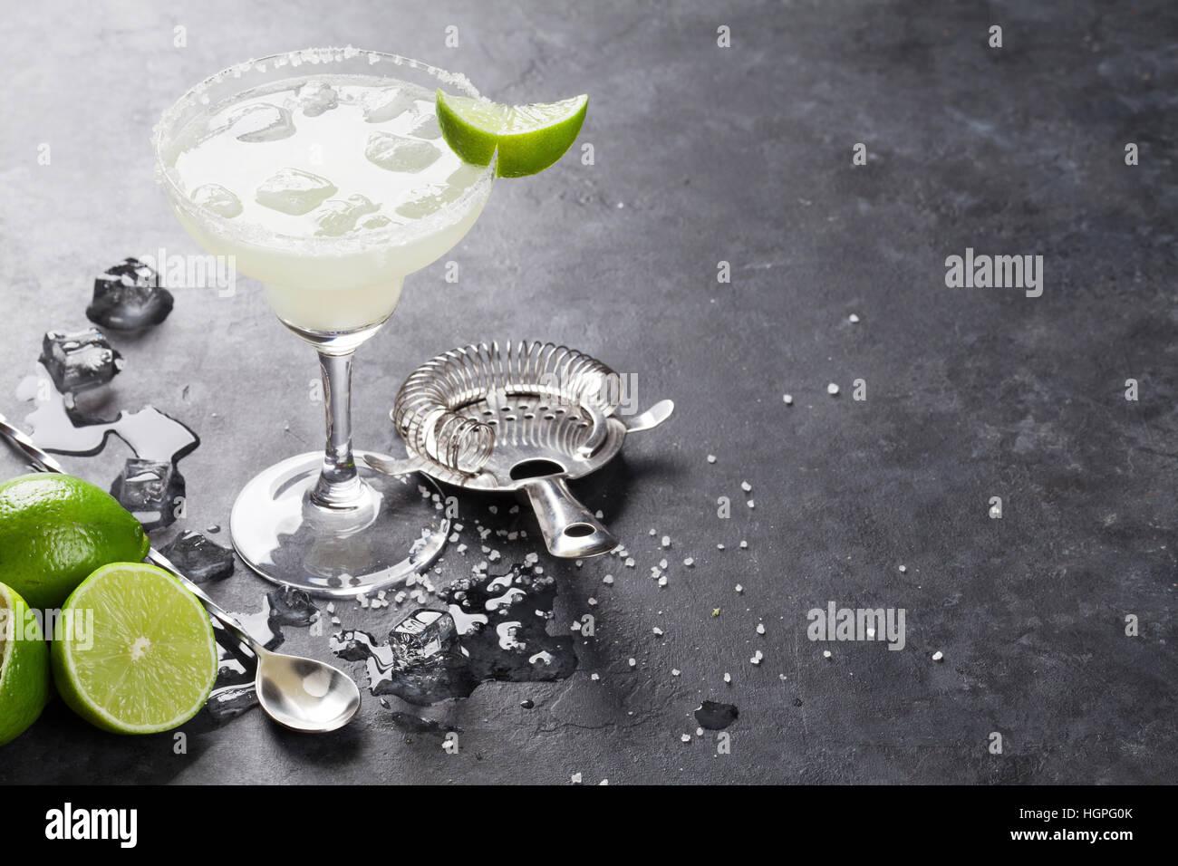 Cóctel Margarita en mesa de piedra oscura. Con espacio para el texto Imagen De Stock