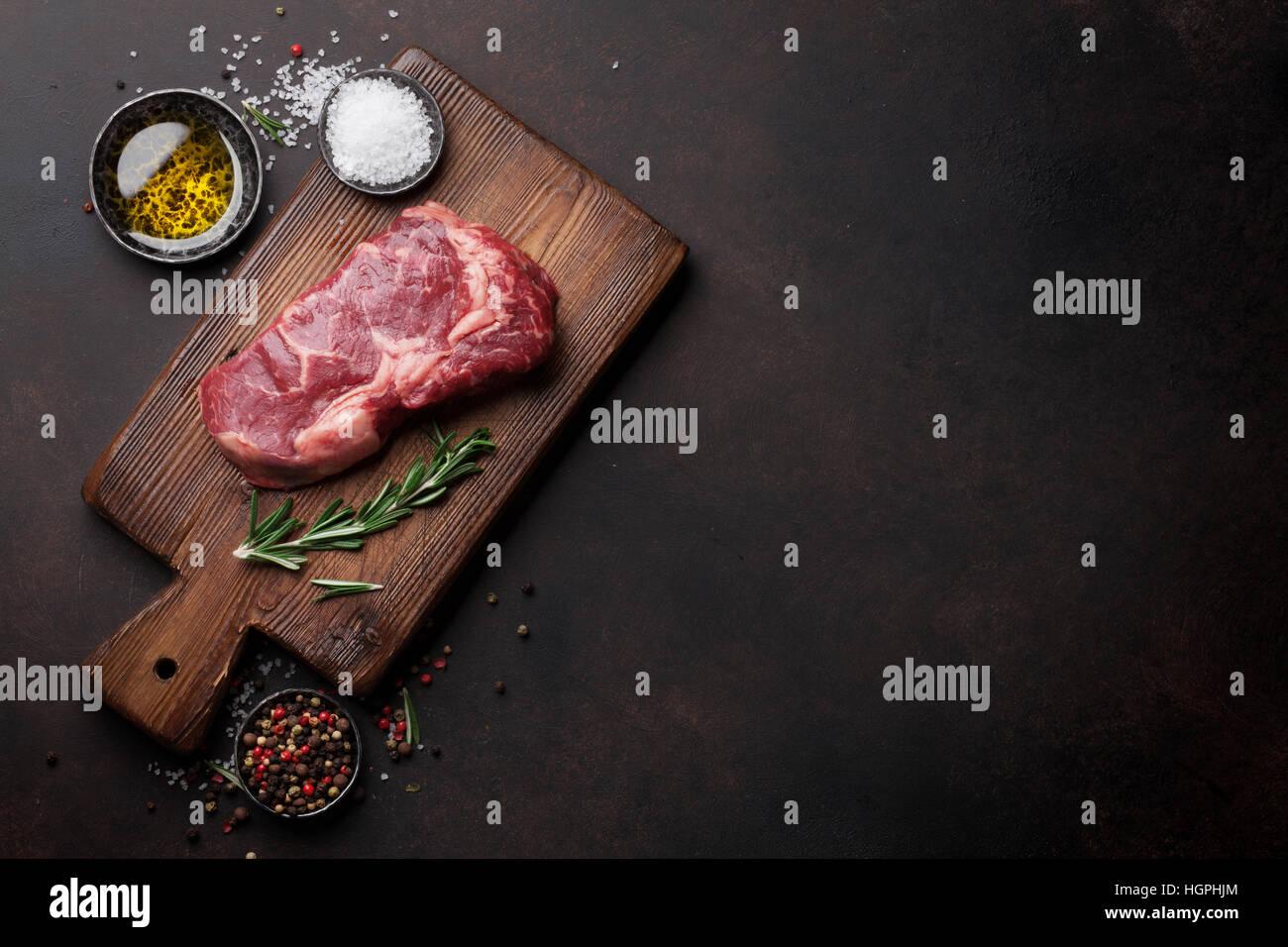 Filete de ternera chuletón crudo cocinar con los ingredientes. Vista superior con espacio de copia Imagen De Stock