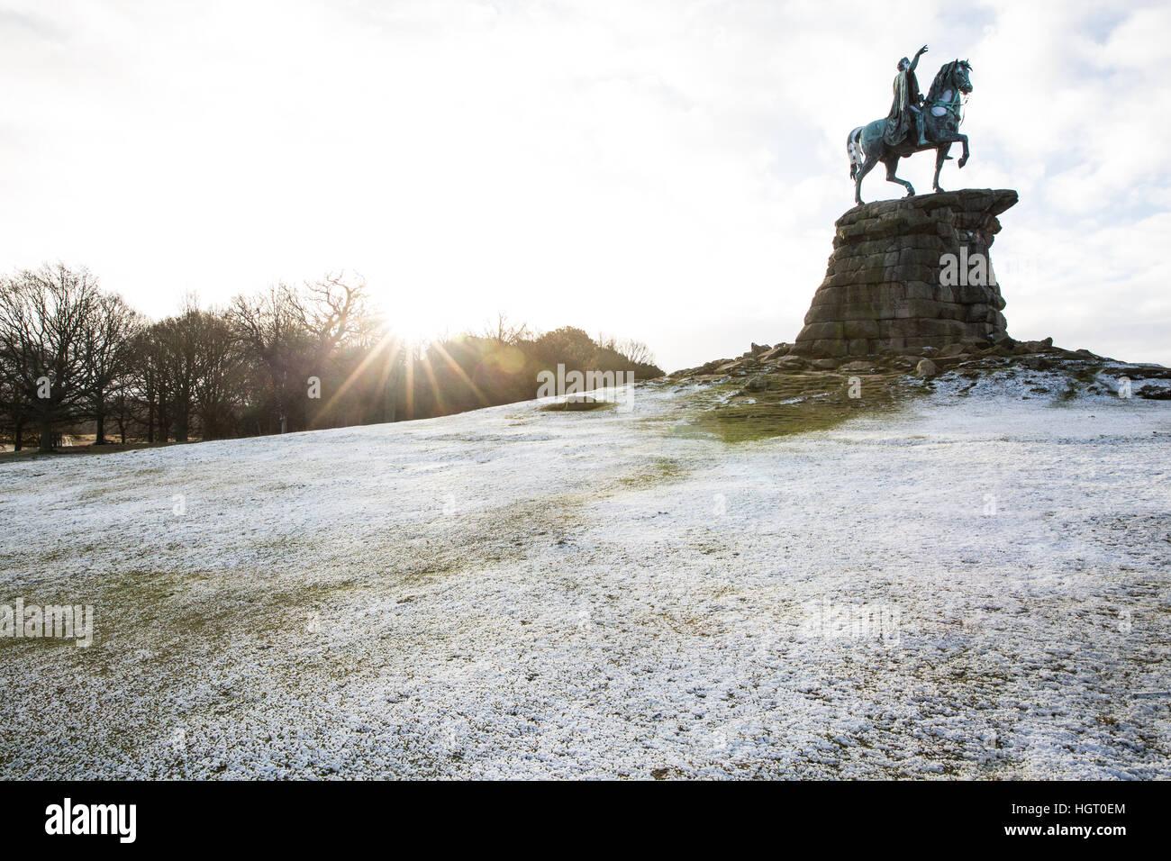 Windsor, Reino Unido. 13 Enero, 2017. Una rociada de nieve en Snow Hill en Berkshire, mientras el sol aparece detrás. Imagen De Stock