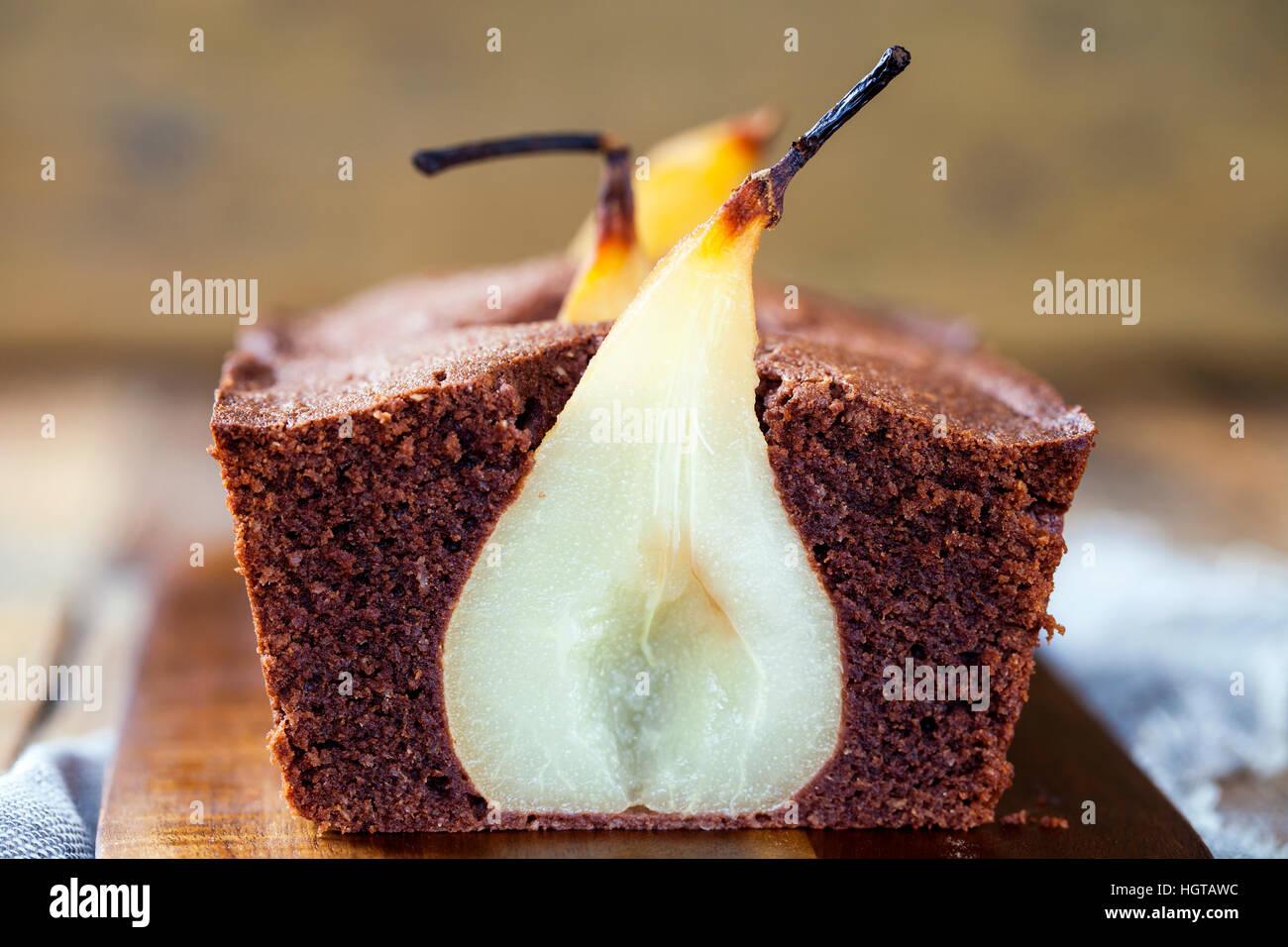 Bizcocho de chocolate con peras escalfados Imagen De Stock