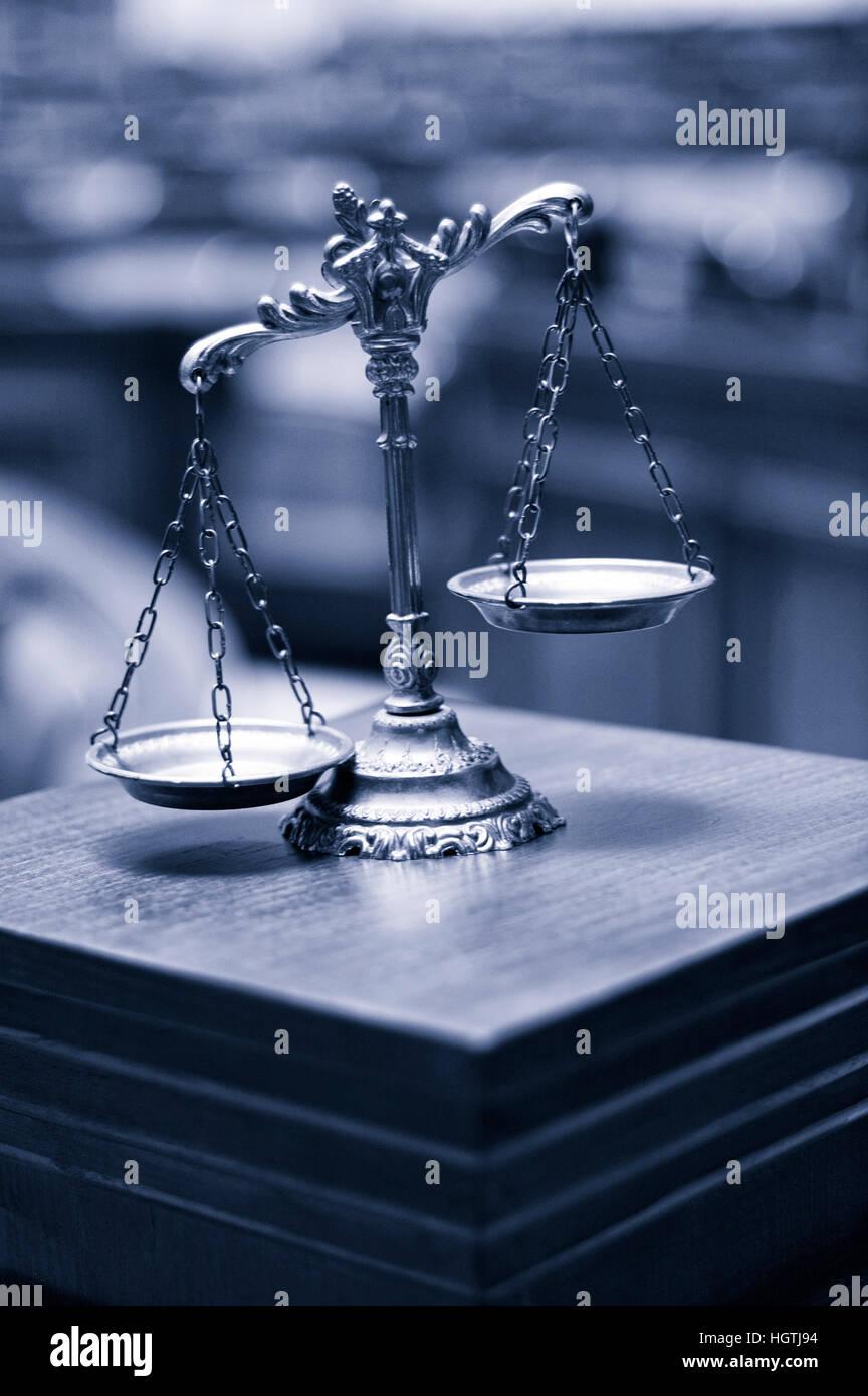 Símbolo de la ley y la justicia en la sala vacía, la ley y la justicia, el concepto de tonos azules. Foto de stock