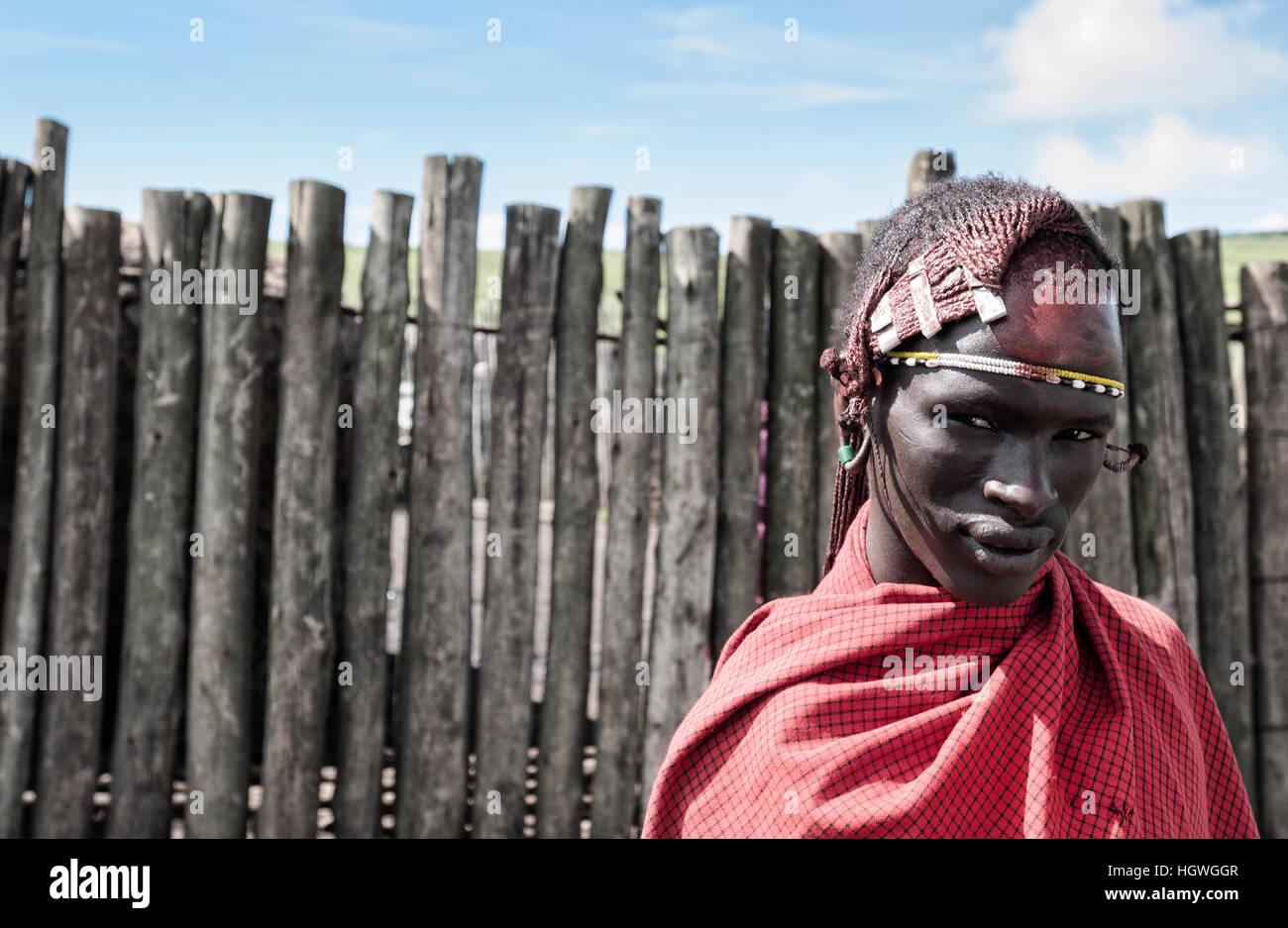 Todos los días reportajes de vida en la aldea de Maasai, en la zona de conservación de Ngorongoro, de camino al Cráter de Ngorongoro, Tanzania. Foto de stock