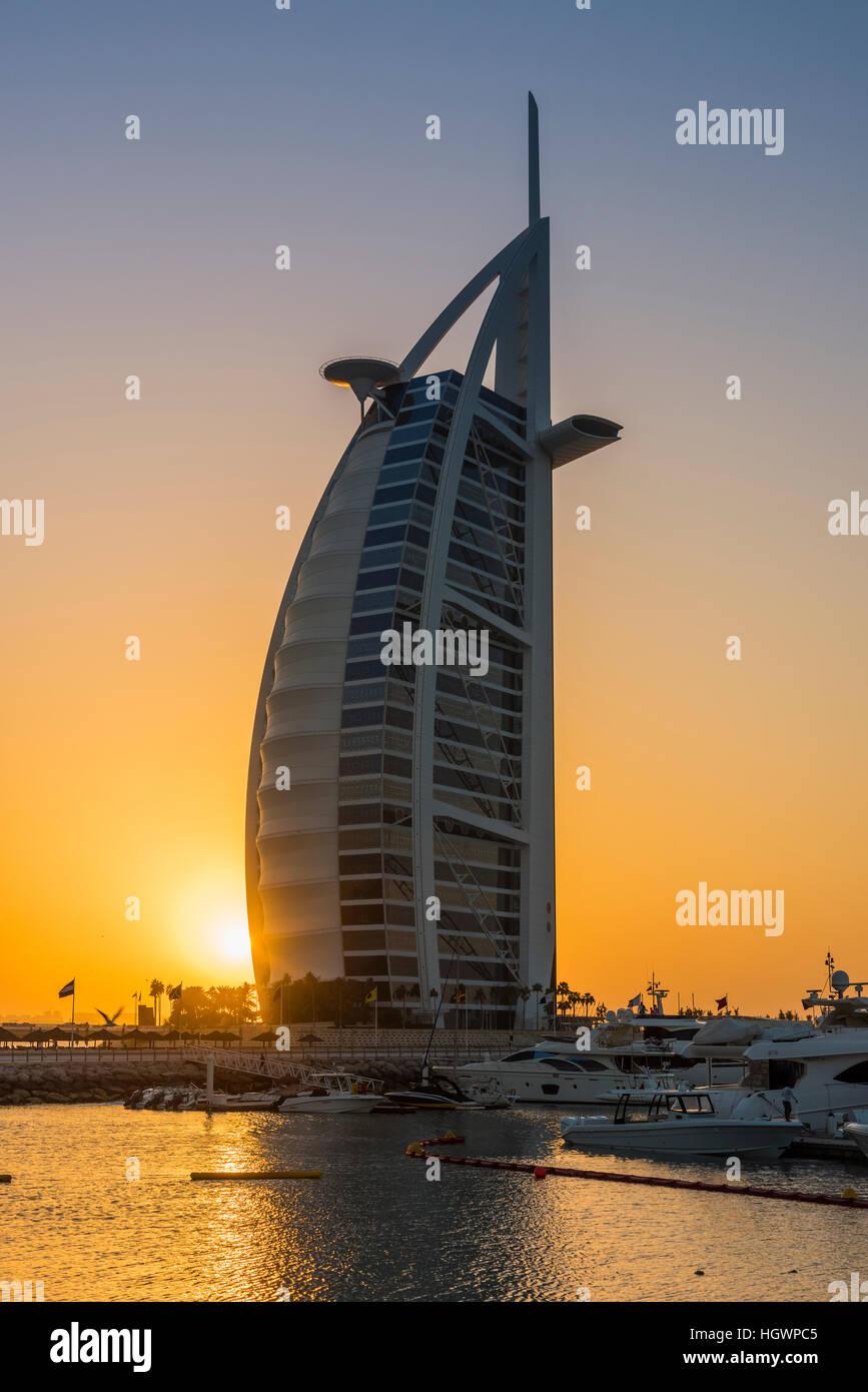 El Burj Al Arab, hotel de lujo en el sunset, Dubai, Emiratos Árabes Unidos. Imagen De Stock