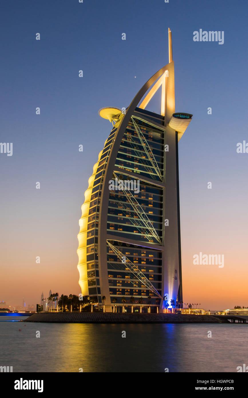 El Burj Al Arab, hotel de lujo en penumbra, Dubai, Emiratos Árabes Unidos. Imagen De Stock