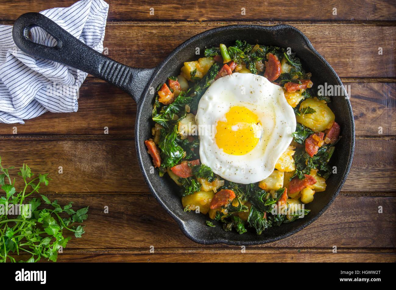 Chorizo y kale hash con un huevo frito Imagen De Stock