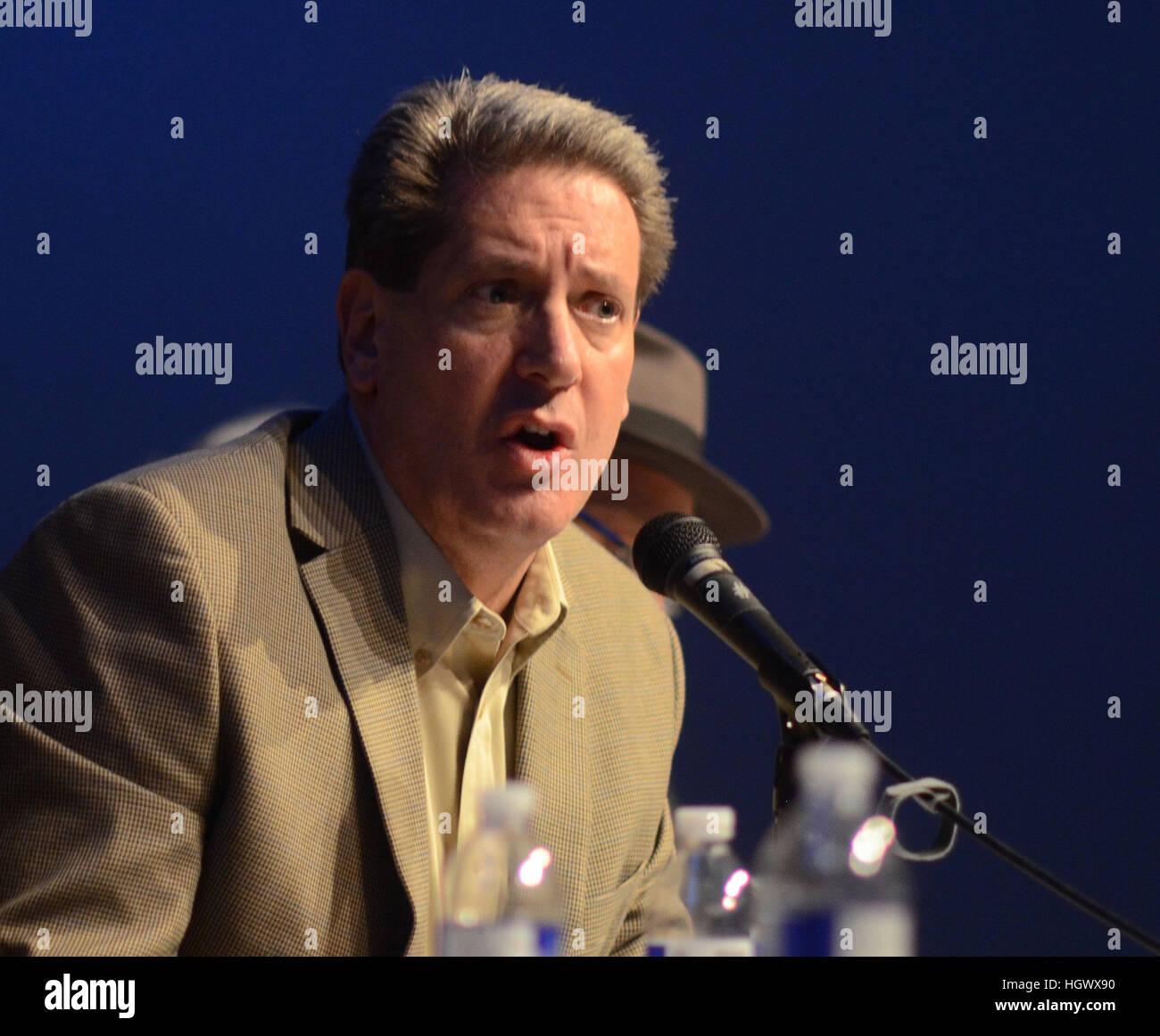 Jefe de la policía de la ciudad de Boulder Greg Testa habla sobre crímenes de odio durante una reunión Imagen De Stock