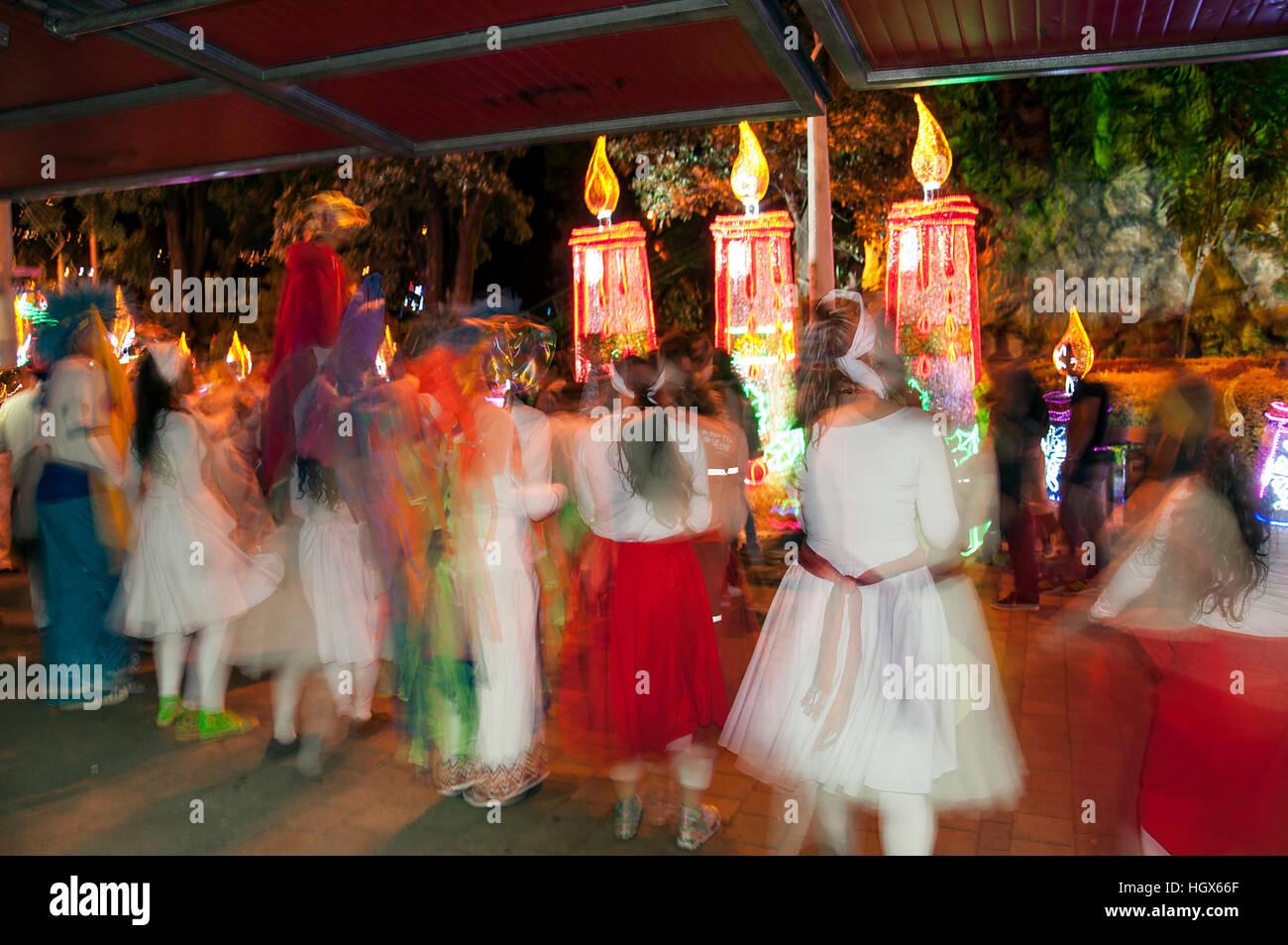 Medellín, Colombia - Diciembre 14, 2016: Los niños bailando con coloridos trajes en North Park (Parque Imagen De Stock