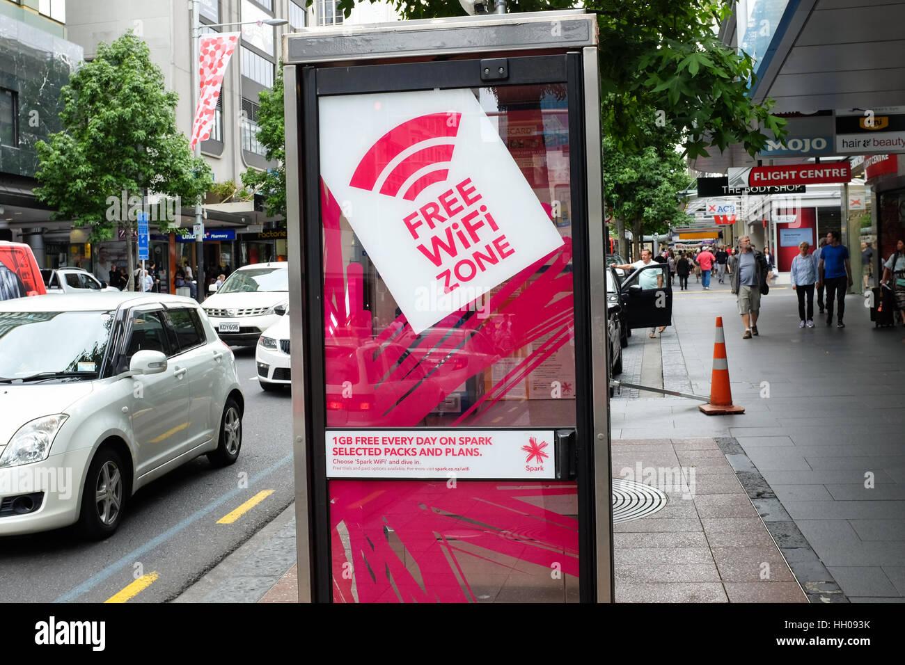 Una cabina telefónica en Auckland, Nueva Zelanda, con una zona de conexión wi-fi gratuita. Imagen De Stock