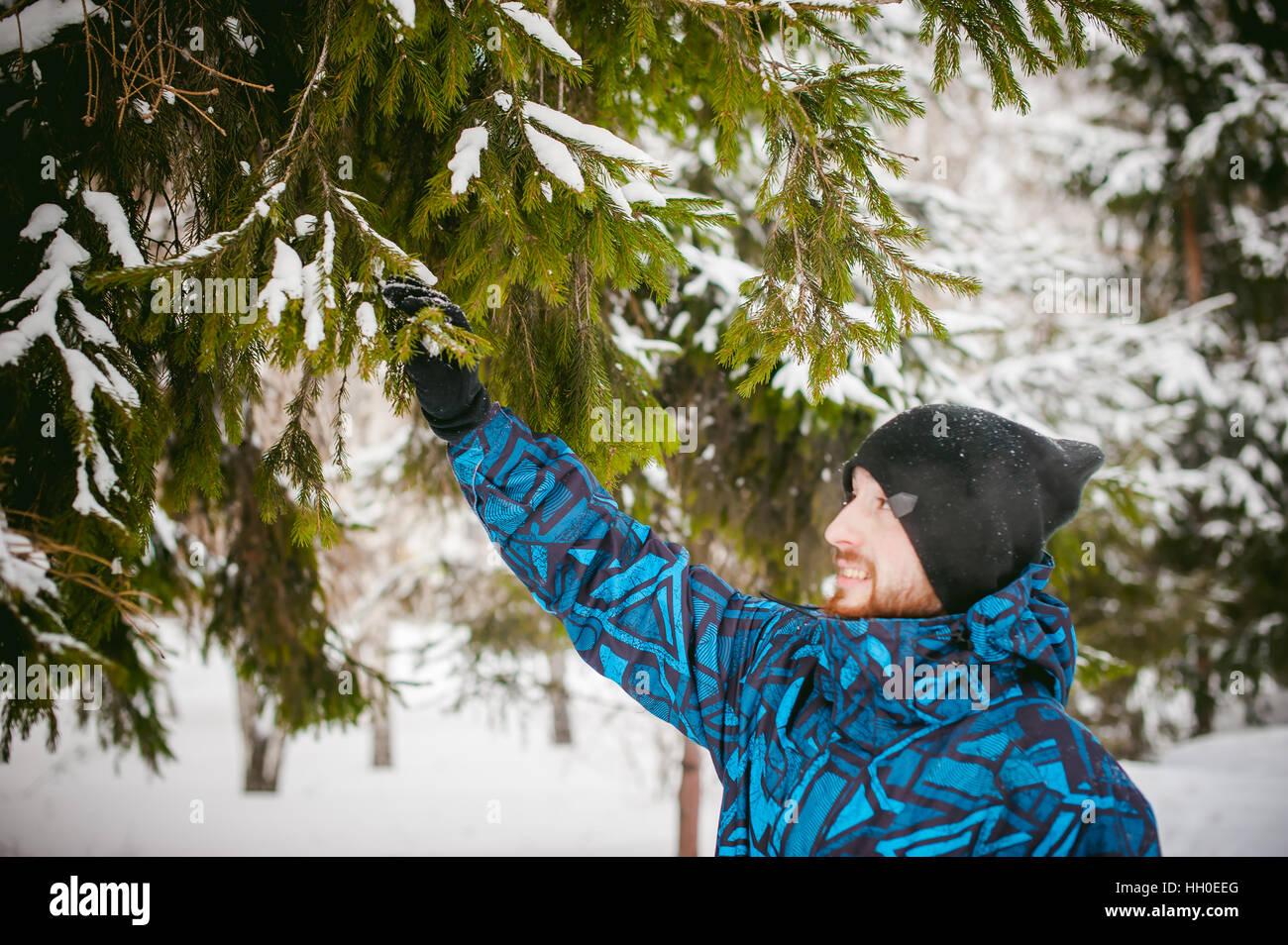 Los hombres caminan en Winter Park. chico con buen humor y sonrisa, ropa de abrigo, paseos al aire libre Imagen De Stock