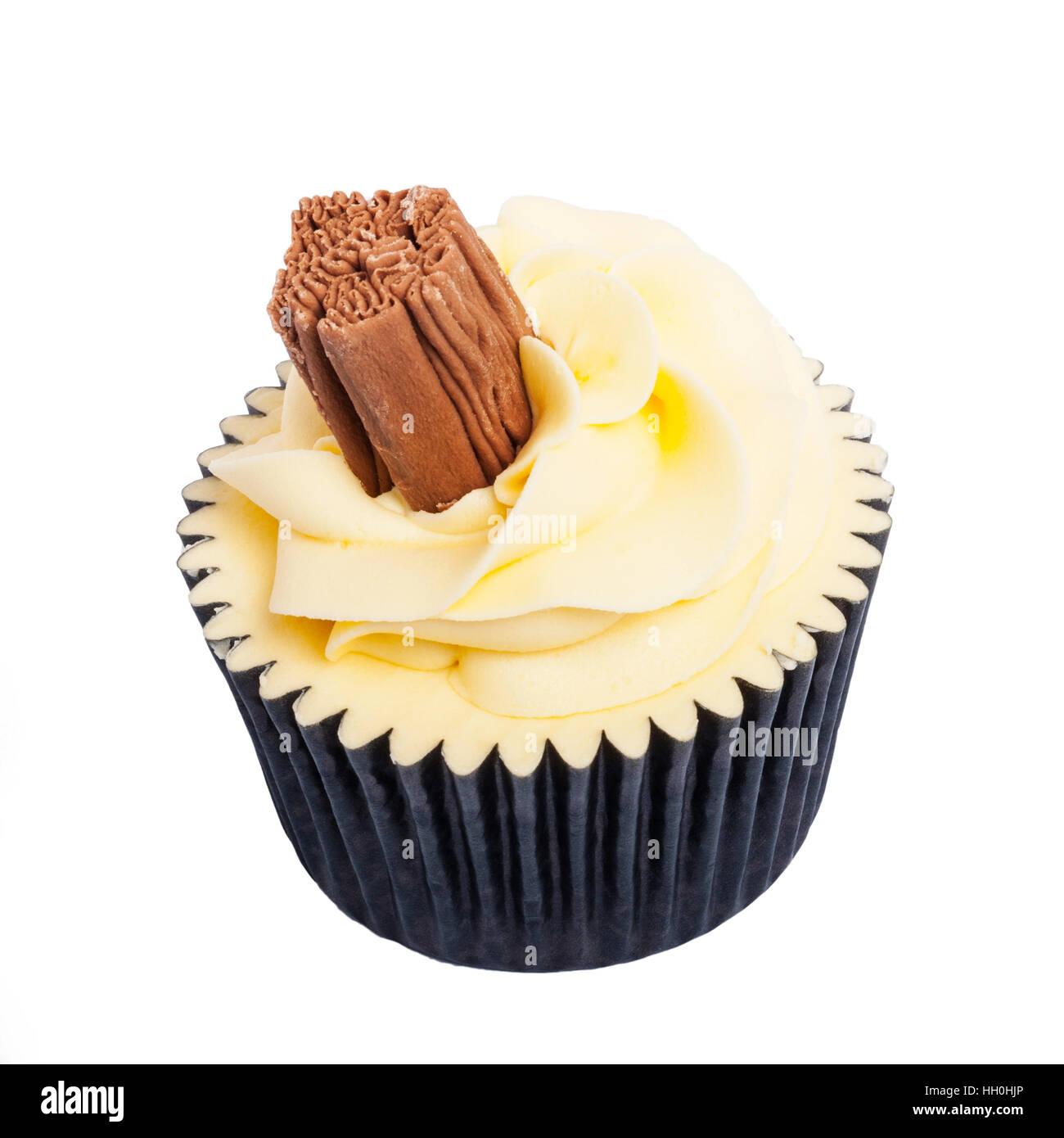 Un hogar hecho cupcake de vainilla sobre un fondo blanco. Foto de stock
