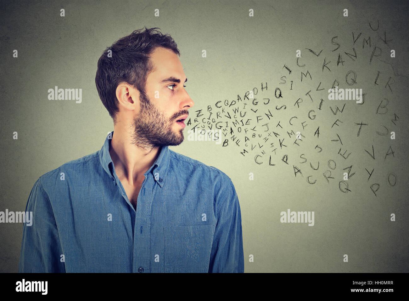 Hombre hablando con las letras del alfabeto que sale de su boca. La comunicación, la información, el concepto Imagen De Stock