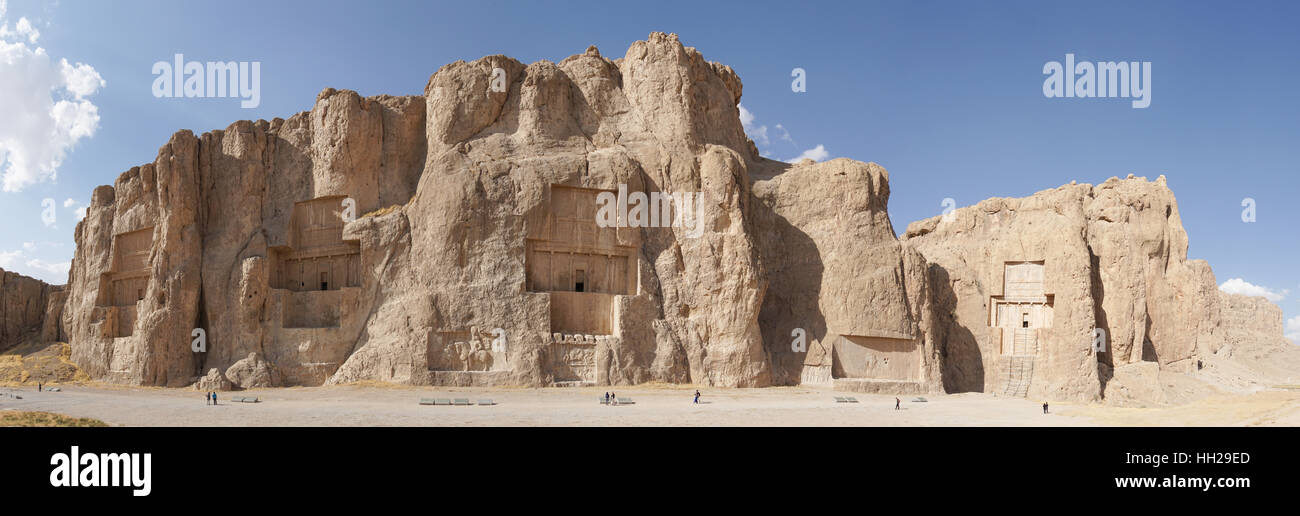 NAQSH-E ROSTAM, Irán - Octubre 6, 2016: la necrópolis de los reyes Aqueménidas de Naqsh-e Rostam Imagen De Stock