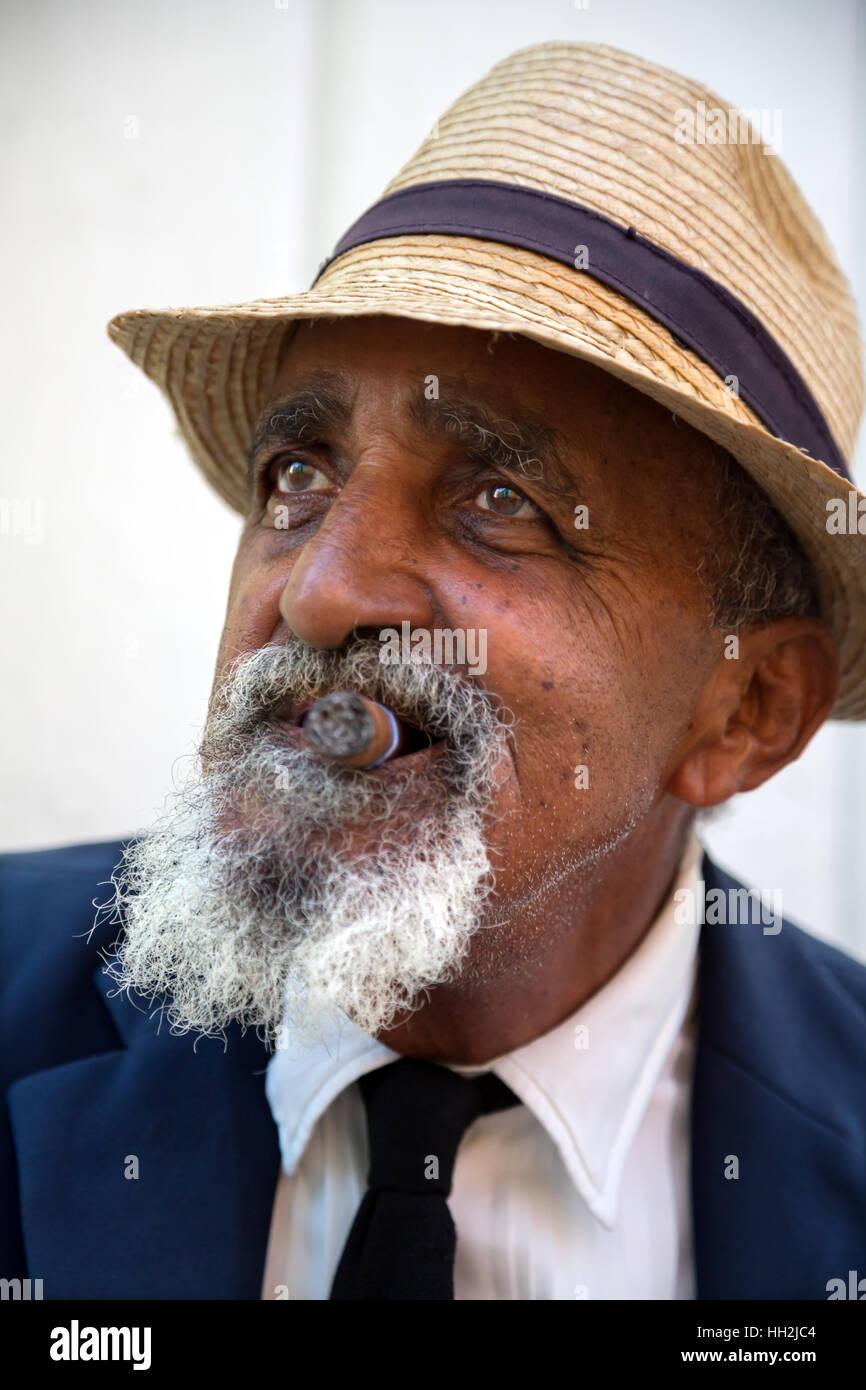 El hombre fumar cigarro Cohiba en Trinidad, Cuba Foto de stock
