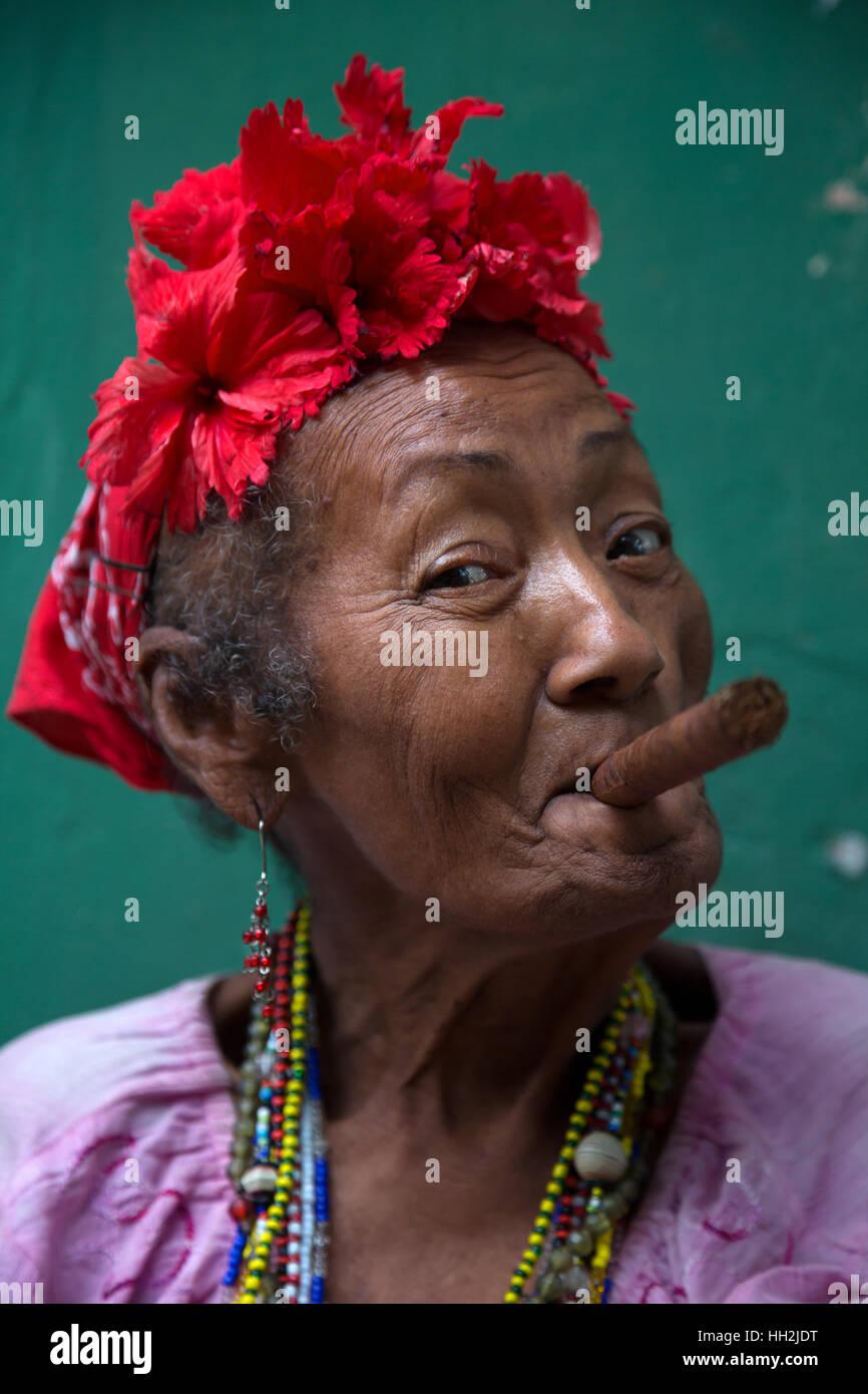 Mujer fumar cigarro Cohiba en La Habana, Cuba Imagen De Stock