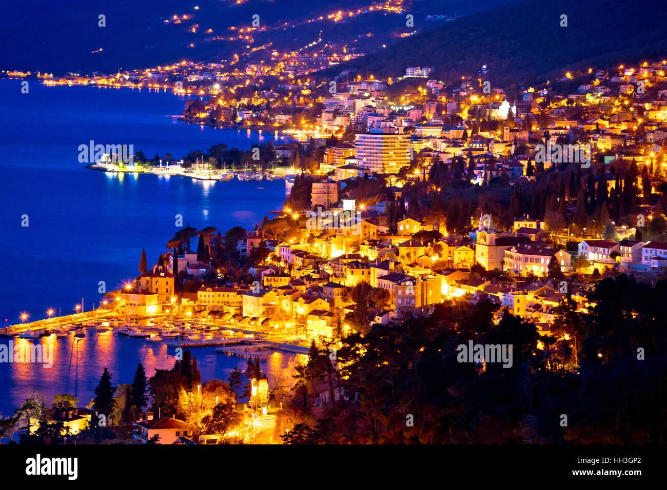 Vista de noche de la bahía de la riviera de Opatija, Kvarner región de Croacia Foto de stock